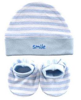 Комплект одежды3291Комплект для девочки Luvable Friends, состоящий из пинеток и шапочки, станет отличным дополнением к детскому гардеробу. Все предметы комплекта изготовлены из натурального хлопка, что обеспечивает хороший теплообмен и позволяет коже малыша свободно дышать. Они не раздражают нежную кожу ребенка и хорошо вентилируются, а эластичные швы приятны телу малыша и не препятствуют его движениям. Мягкая шапочка необходима любому младенцу, она защищает еще не заросший родничок, щадит чувствительный слух малышки, прикрывая ушки, и предохраняет от теплопотерь. Пинетки очень удобные, с мягкой широкой резинкой, не сдавливающей ножку младенца. Комплект полностью соответствует особенностям жизни младенца в ранний период, не стесняя и не ограничивая его в движениях.