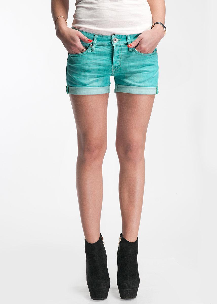Шорты женские. 22DBC001322DBC0013Модные джинсовые шорты с подворотами застегиваются на металлическую пуговицу и имеют ширинку на застежке-молнии и шлевки для ремня. Спереди они оформлены двумя прорезными карманами, а сзади - двумя нашивными. Шорты изготовлены из натурального хлопка, не сковывают движения и позволяют коже дышать, не раздражают даже самую нежную и чувствительную кожу, обеспечивая наибольший комфорт. Такие оригинальные шорты дополнят гардероб любой модницы, в них вы всегда будете в центре внимания!