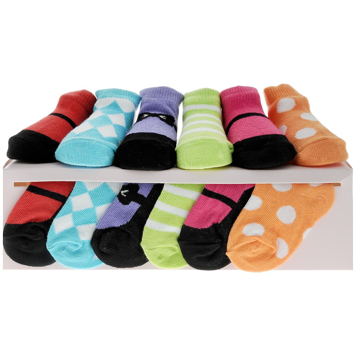 Носки07130Комфортные, прочные и красивые детские носки Luvable Friends очень мягкие на ощупь, а широкая резинка плотно облегает ножку ребенка, не сдавливая ее, благодаря чему малышу будет комфортно и удобно. Подарочный комплект состоит из шести пар разноцветных носочков с оригинальным принтом. Носочки упакованы в красивую подарочную коробку с яркой лентой.