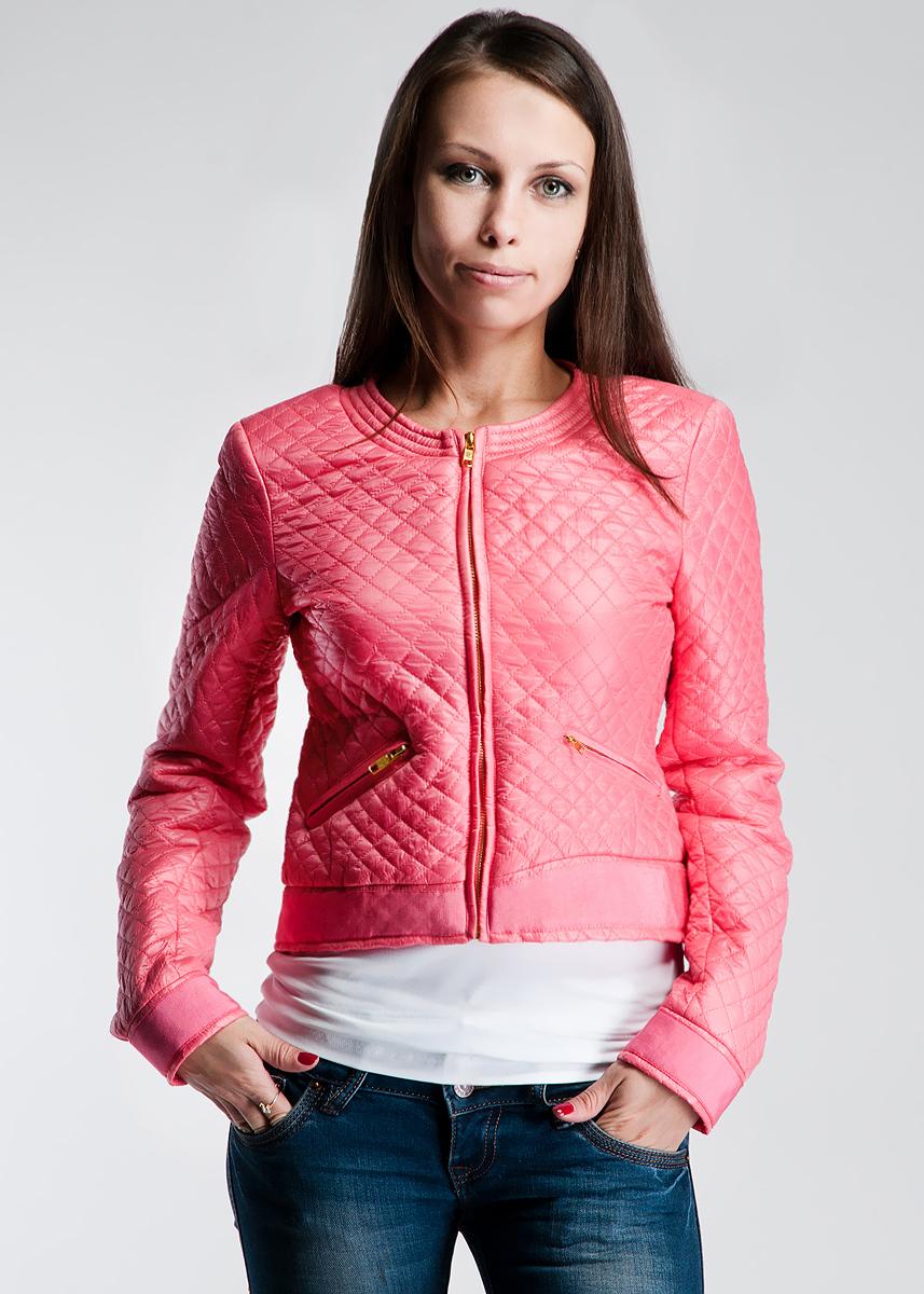 Куртка61D2HEЖенская стеганая куртка Toy G отлично подойдет для прохладной погоды. Укороченная модель, с круглым вырезом горловины застегивается на застежку-молнию. Куртка оформлена двумя боковыми карманами на застежках-молниях. Модель утеплена тонким слоем синтепона. Эта модная куртка послужит отличным дополнением к вашему гардеробу!