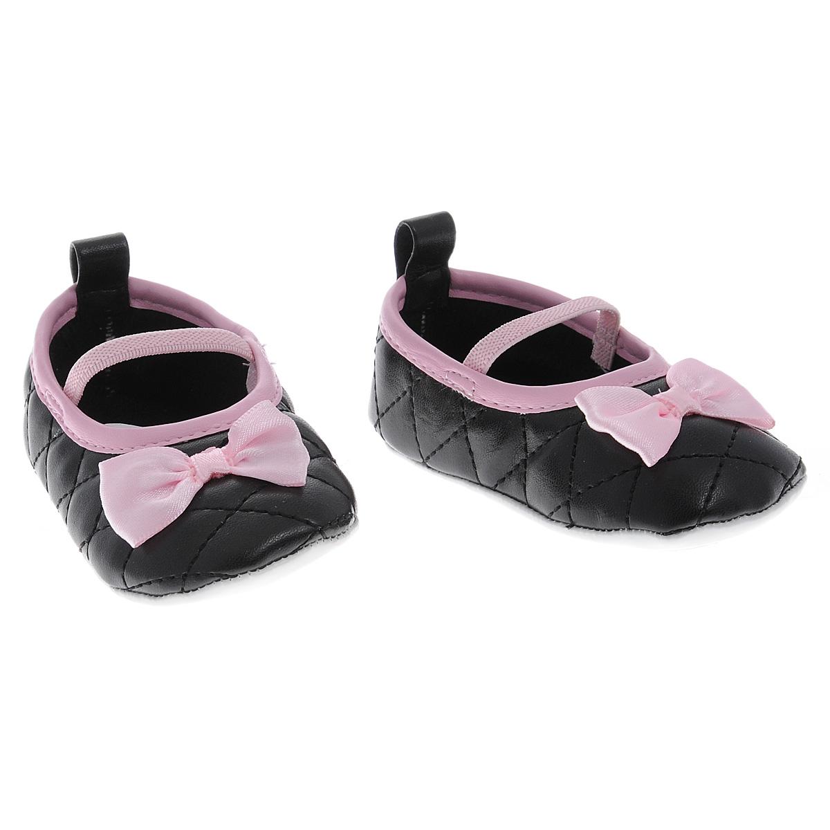 11165Оригинальные детские пинетки для девочки Luvable Friends, стилизованные под классические балетные туфли Мэри Джей - это легкая и удобная обувь для малышей. Удобная эластичная резинка-перемычка, надежно фиксирующая пинетки на ножке малышки, мягкие, не сдавливающие ножку материалы делают модель практичной и популярной. Стопа оформлена прорезиненным рельефным рисунком, благодаря которому ребенок не будет скользить. Мягкие, стеганные, украшенные отделкой из кантика и атласного банта, пинетки украсят гардероб маленькой модницы!