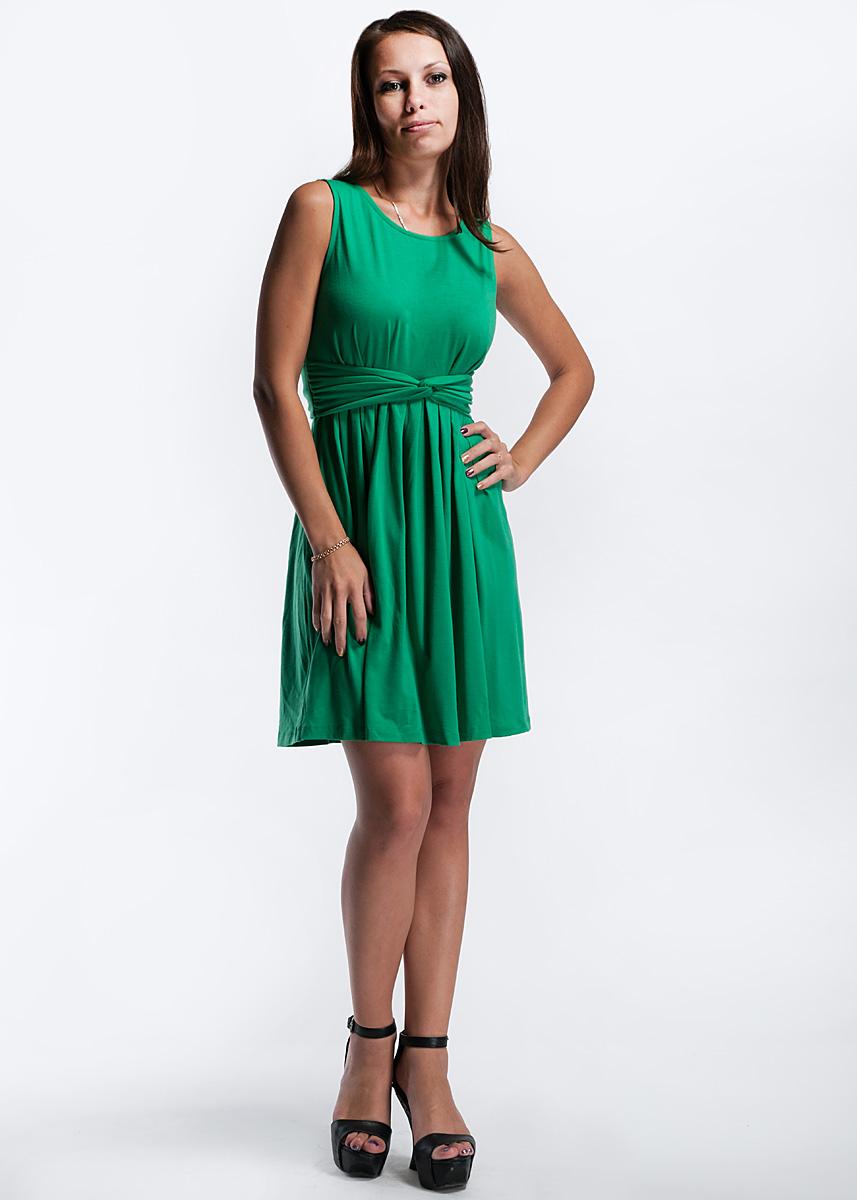 Платье. 132C8-2-1G132C8-2-1GЯркое платье средней длины, изготовленное из полиэстера с небольшим добавлением спандекса, мягкое и приятное на ощупь. На уровне талии выполнена небольшая сборка, благодаря которой материал ложится мягкими складками. Также талию подчеркивает вшитый пояс из основной ткани. Это модное платье послужит прекрасным дополнением к вашему гардеробу. В нем вы всегда будете в центре внимания.