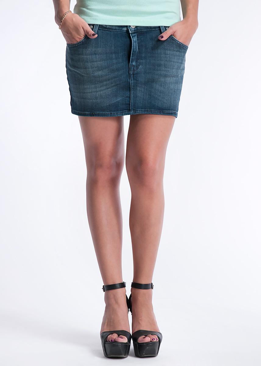 ЮбкаL309EWNRОчаровательная юбка Lee высочайшего качества - отличный выбор для создания динамичного городского образа. Застегивается юбка на пуговицу и ширинку на застежке-молнии, имеются шлевки для ремня. Спереди модель оформлена двумя втачными карманами и одним небольшим секретным кармашком, а сзади - двумя накладными карманами. Прекрасный вариант для создания образа в стиле casual.