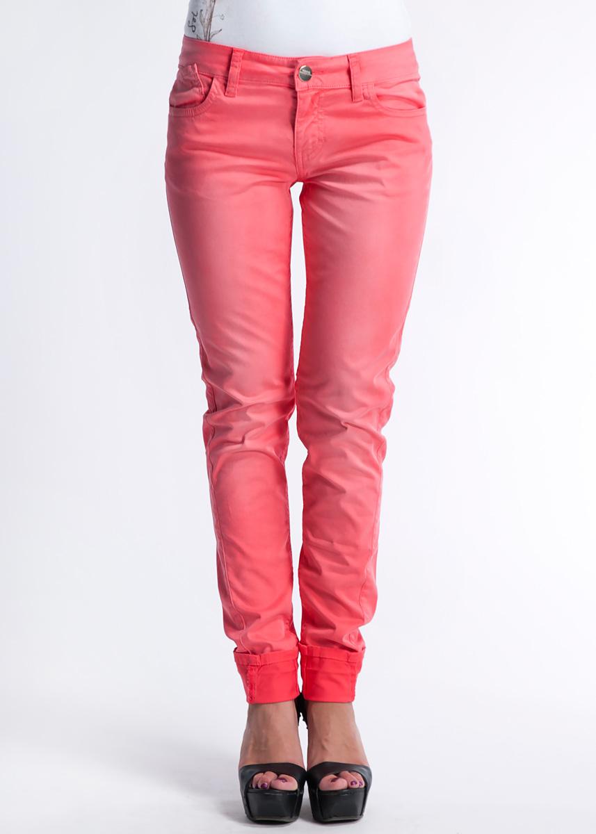 Брюки61D2GPОчаровательные женские брюки Toy G - брюки высочайшего качества, которые прекрасно сидят. Модель создана специально для того, чтобы подчеркивать достоинства вашей фигуры. Брюки зауженного к низу кроя и заниженной посадки - отличный выбор для создания динамичного городского образа. Застегиваются брюки на пуговицу и ширинку на застежке-молнии, имеются шлевки для ремня. Спереди модель оформлены двумя втачными карманами и одним небольшим секретным кармашком, а сзади - двумя накладными карманами. Брюки оформлены потертостями. Эти модные и в тоже время комфортные брюки послужат отличным дополнением к вашему гардеробу. В них вы всегда будете чувствовать себя уютно и комфортно.