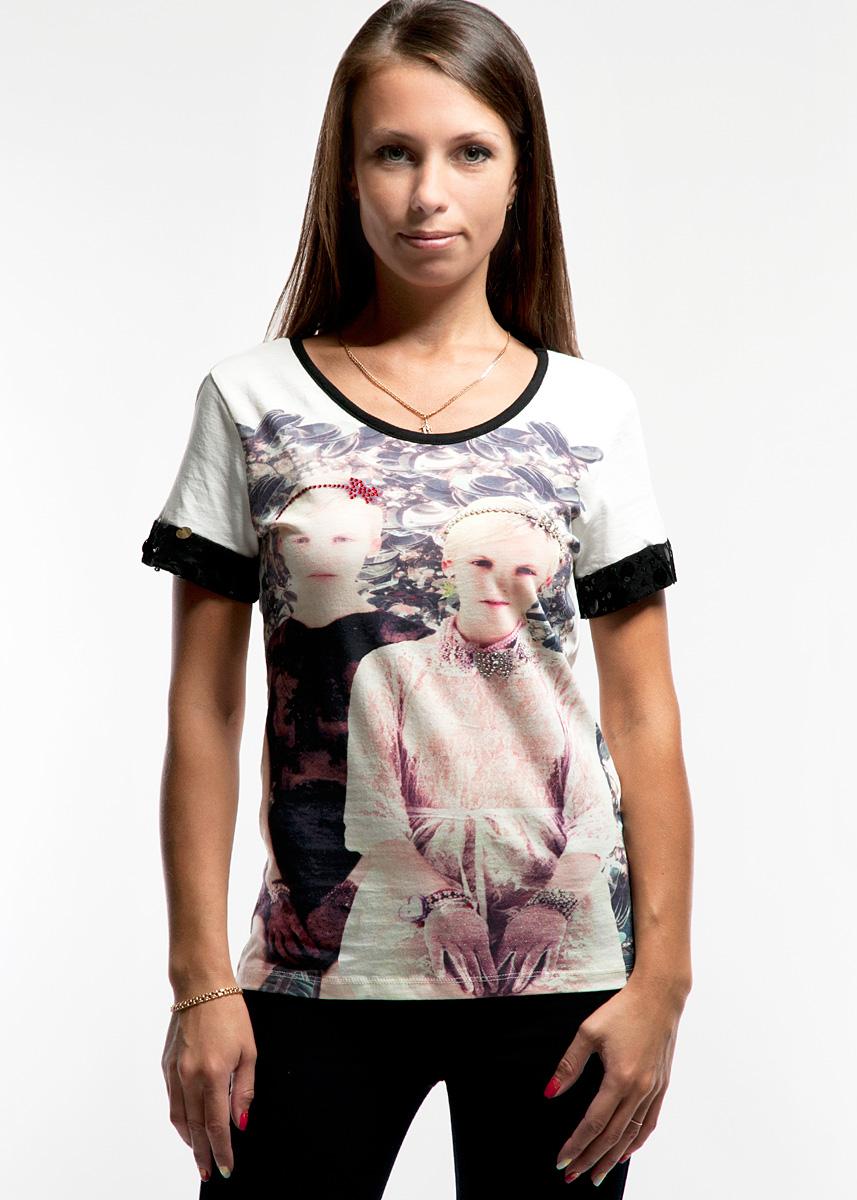 Футболка женская. 8505-6268505-626Приталенная футболка с оригинальным принтом украсит гардероб любой девушки. Выполнена из тонкого хлопкового трикотажа. Контрастная отделка круглого выреза горловины и манжет еще больше акцентирует внимание на рисунке - изображении двух девочек. Дополнительно оно декорировано клеевыми стразами и пришивными бусинами. В плечевых швах закреплена тонкая тесемка, проходящая по спине, которая предотвращает растяжение горловины при носке. Эта футболка отлично дополнит ваш образ и позволит выделиться из толпы.