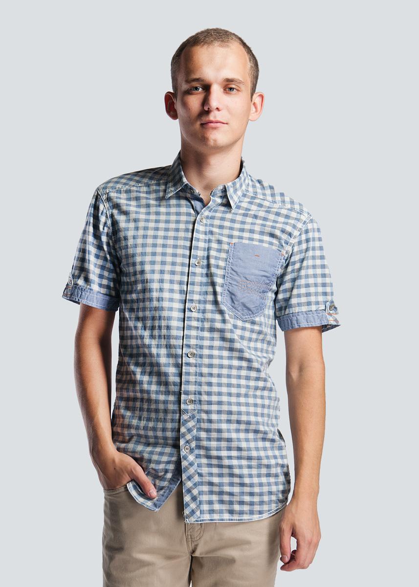 Рубашка2-25181 BLUEСтильная мужская рубашка SHINE, изготовленная из натурального хлопка, необычайно мягкая и приятная на ощупь, не сковывает движения и позволяет коже дышать, не раздражает даже самую нежную и чувствительную кожу, обеспечивая наибольший комфорт. Модная рубашка, приталенного кроя с отложным воротником с закругленной линией низа. Застегивается на пуговицы по всей длине. На груди расположен один накладной карман, застегивающийся на пуговицу. На плечах расположены декоративные хлястики. Эта рубашка идеальный вариант как для повседневного, так и для вечернего гардероба. Такая модель порадует настоящих ценителей комфорта и практичности!