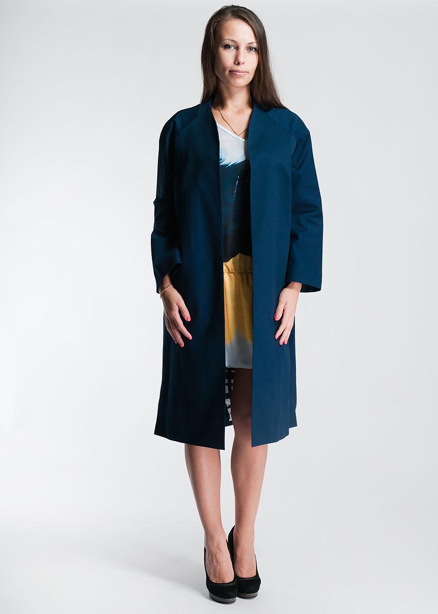 Плащ475360Легкий женский плащ - идеальный вариант верхней одежды для периодов межсезонья, которые, как известно, часто преподносят погодные сюрпризы. Плащ изготовлен из хлопка, с добавлением эластана на подкладке из вискозы. Модель с рукавами 3/4, оформлена двумя прорезными карманами по бокам. По бокам расположены два прорезных кармана. В прохладную и ветреную погоду плащ не только обеспечит защиту и комфорт, но и придаст образу яркость, индивидуальность, сделает его более эффектным.
