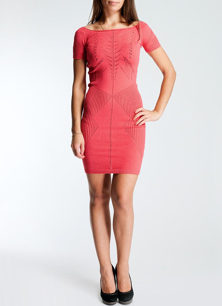 ПлатьеRDP309203012Стильное платье прямого кроя, изготовленное из высококачественного материала, не сковывает движений, обеспечивая наибольший комфорт. Модель с короткими рукавами, круглым вырезом горловины. Платье оформлено изящной ажурной вязкой. Это платье послужит отличным дополнением к вашему гардеробу и станет главной составляющей вашего стиля.