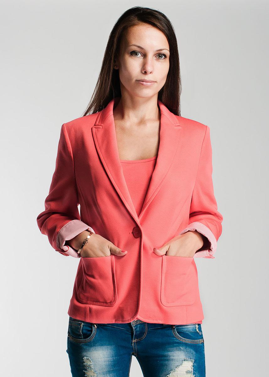 Жакет женский. 1500102015001020Стильный женский жакет, изготовленный из плотного трикотажа, не сковывает движений, обеспечивая наибольший комфорт. Модель с длинными рукавами застегивается спереди на одну пуговицу и оформлена накладными карманами. Этот модный жакет станет отличным дополнением к вашему гардеробу.
