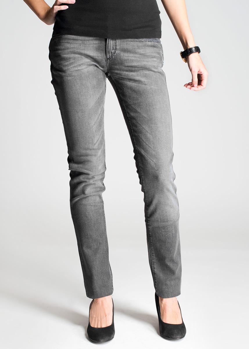 Джинсы женские Molly. W251W251P536V_Storm BreakСамые популярные джинсы в линейке Wrangler: для молодых и следящих за модой. Стильные женские джинсы Wrangler Molly высочайшего качества, созданы специально для того, чтобы подчеркивать достоинства вашей фигуры. Модель узкого кроя и средней посадки станет отличным дополнением к вашему современному образу. Джинсы дополнены на заднем кармане кожаной нашивкой с логотипом бренда. Застегиваются джинсы на пуговицу и ширинку на застежке-молнии, имеются шлевки для ремня. Спереди модель оформлены двумя втачными карманами и одним небольшим секретным кармашком, а сзади - двумя накладными карманами. Эти модные и в тоже время комфортные джинсы послужат отличным дополнением к вашему гардеробу. В них вы всегда будете чувствовать себя уютно и комфортно.