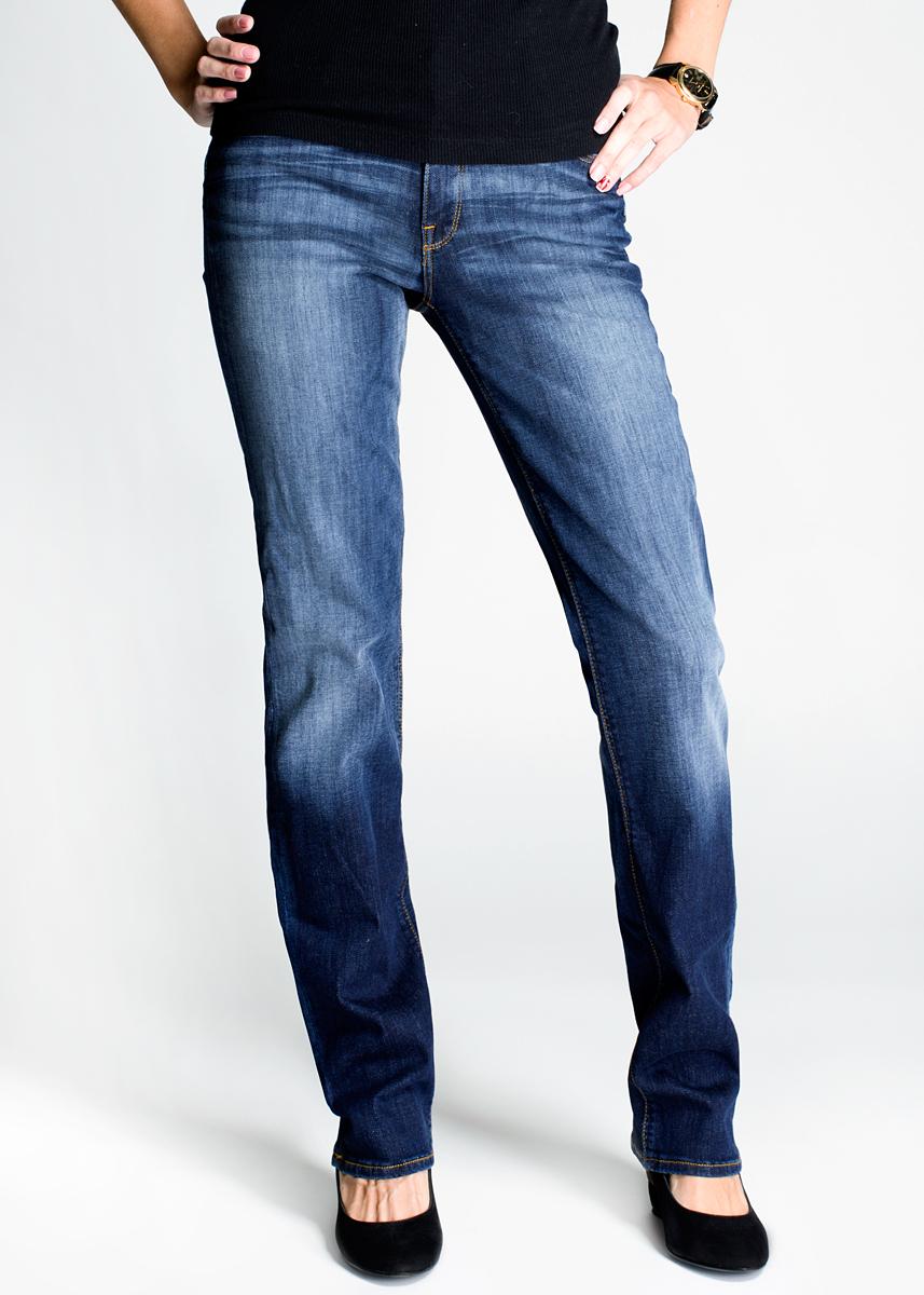 Джинсы женские Marion Straight. L301L301ALFRСтильные женские джинсы Lee Marion Straight - джинсы высочайшего качества, которые прекрасно сидят. Джинсы Lee созданы специально для того, чтобы подчеркивать достоинства вашей фигуры. Модель слегка зауженного к низу кроя и высокая, подчеркивающая талию, посадка - отличный выбор для создания динамичного городского образа. Застегиваются джинсы на пуговицу и ширинку на застежке-молнии, имеются шлевки для ремня. Спереди модель оформлена двумя втачными карманами и одним небольшим секретным кармашком, а сзади - двумя накладными карманами. Эти модные и в тоже время комфортные джинсы послужат отличным дополнением к вашему гардеробу. В них вы всегда будете чувствовать себя уютно и комфортно.