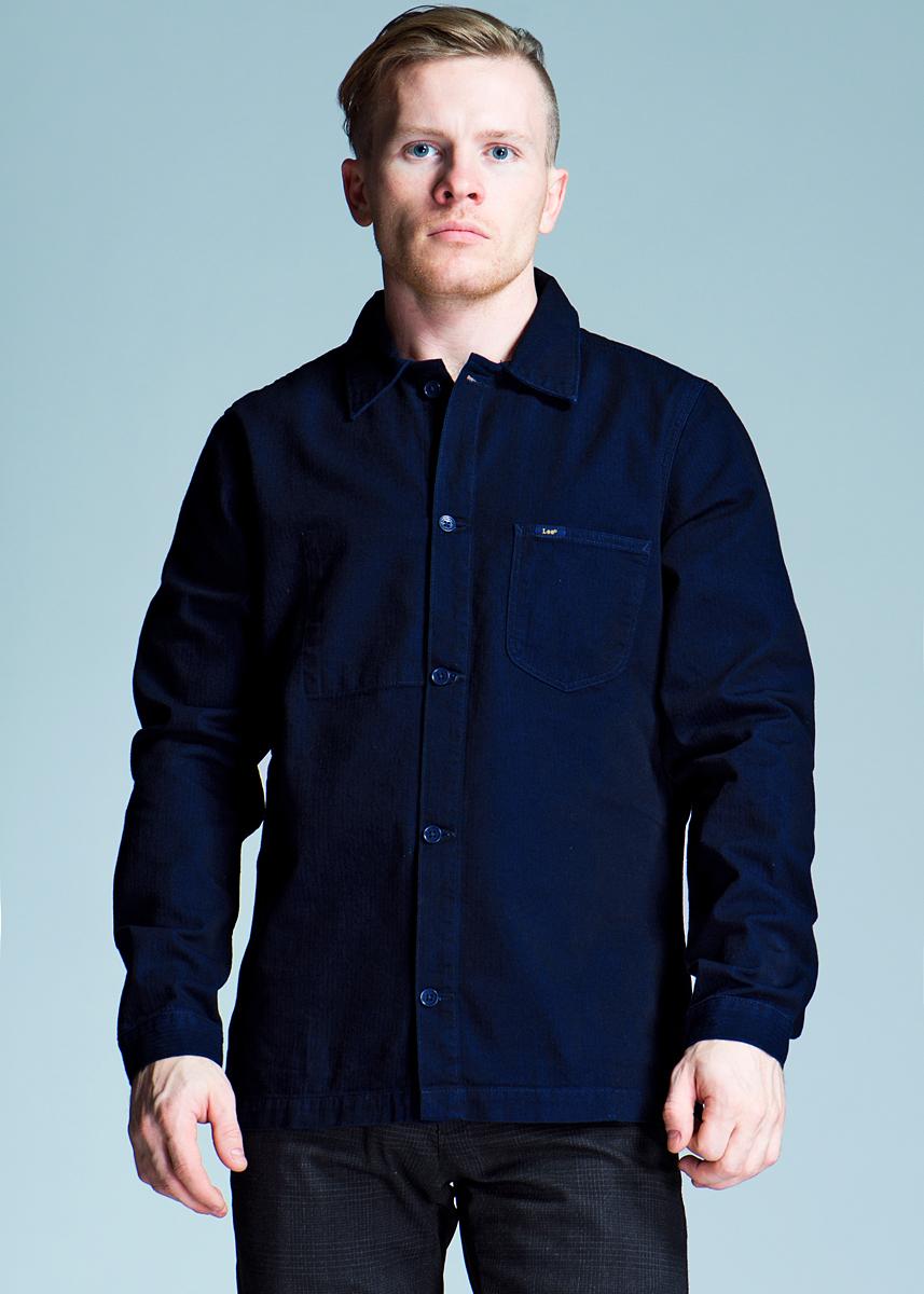 Рубашка мужская Overshirt. L815L815HG45Отличная рубашка с длинными рукавами, отложным воротником и застежкой на пуговицы. Рубашка оформлена накладным карманом на груди. Рубашка, выполненная из хлопка, обладает высокой теплопроводностью, воздухопроницаемостью и гигроскопичностью, позволяет коже дышать, тем самым обеспечивая наибольший комфорт при носке даже самым жарким летом. Такая рубашка будет дарить вам комфорт в течение всего дня и послужит замечательным дополнением к вашему гардеробу.