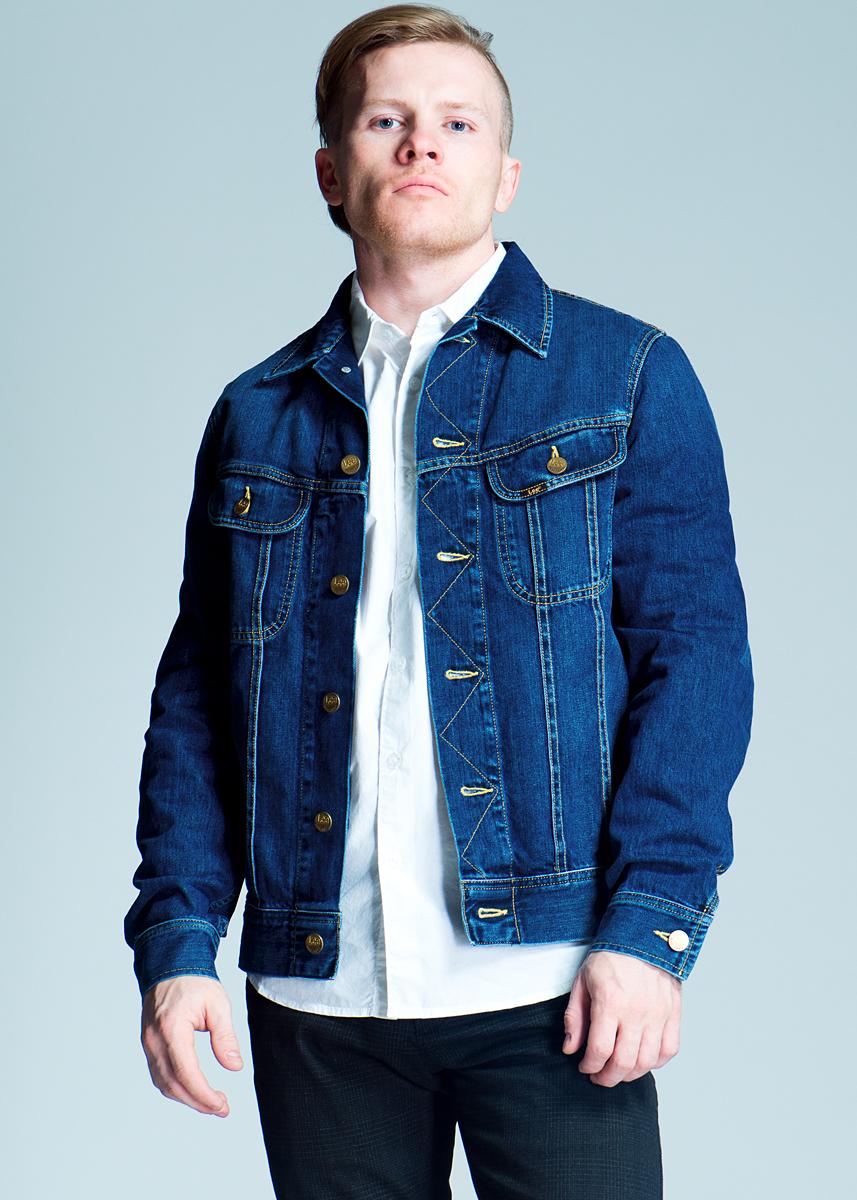 Куртка джинсовая мужская Rider Jacket. L888L888ATPYСтильная мужская джинсовая куртка Lee Rider Jacket - отличный вариант для прохладной погоды. Модель с отложным воротником и длинными рукавами застегивается на металлические пуговицы с логотипом бренда. На груди изделие дополнено двумя накладными кармашками с клапанами пуговицах. Рукава понизу оформлены широкими манжетами, также застегивающимися на пуговицы. Эта куртка - практичная вещь, которая, несомненно, впишется в ваш гардероб, в ней вы будете чувствовать себя уютно и комфортно.