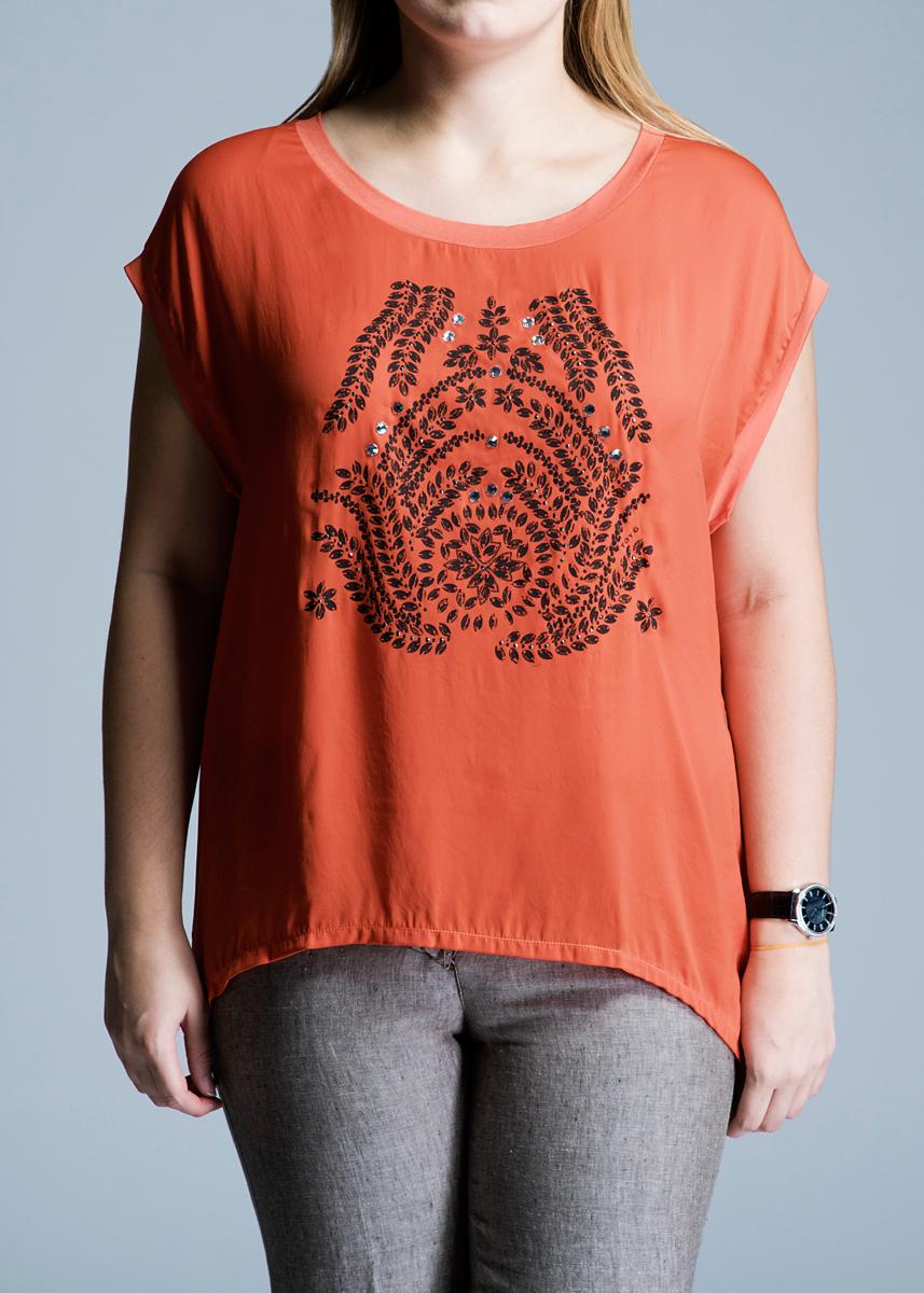 Футболка женская. 61D2HQ61D2HQОригинальная женская футболка Toy G будет прекрасным дополнением к вашему гардеробу. Модель с круглым вырезом горловины и без рукавов изготовлена из высококачественного материала, очень приятного на ощупь. Передняя планка выполнена из гладкой струящейся ткани. Спереди футболка оформлена оригинальным принтом, декорированным стразами. Эта футболка отлично дополнит ваш образ и позволит выделиться из толпы.