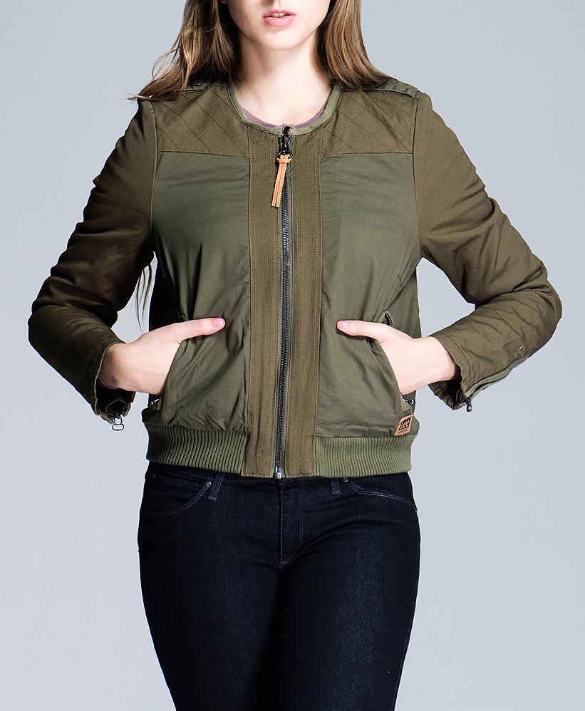 Куртка женская Military Bomber. L530WFL530WFDCСтильная женская куртка Lee Military Bomber укороченного кроя, изготовленная из плотного хлопкового материала на подкладке из искусственной овчины смотрится очень модно и свежо. Куртка с круглым вырезом горловины застегивается на металлическую застежку-молнию. По бокам модель дополнена двумя прорезными карманами на застежках-молниях. Понизу проходит широкая трикотажная резинка. Такая куртка обеспечит вам не только красивый внешний вид и комфорт, но и дополнительную защиту от холода и ветра.