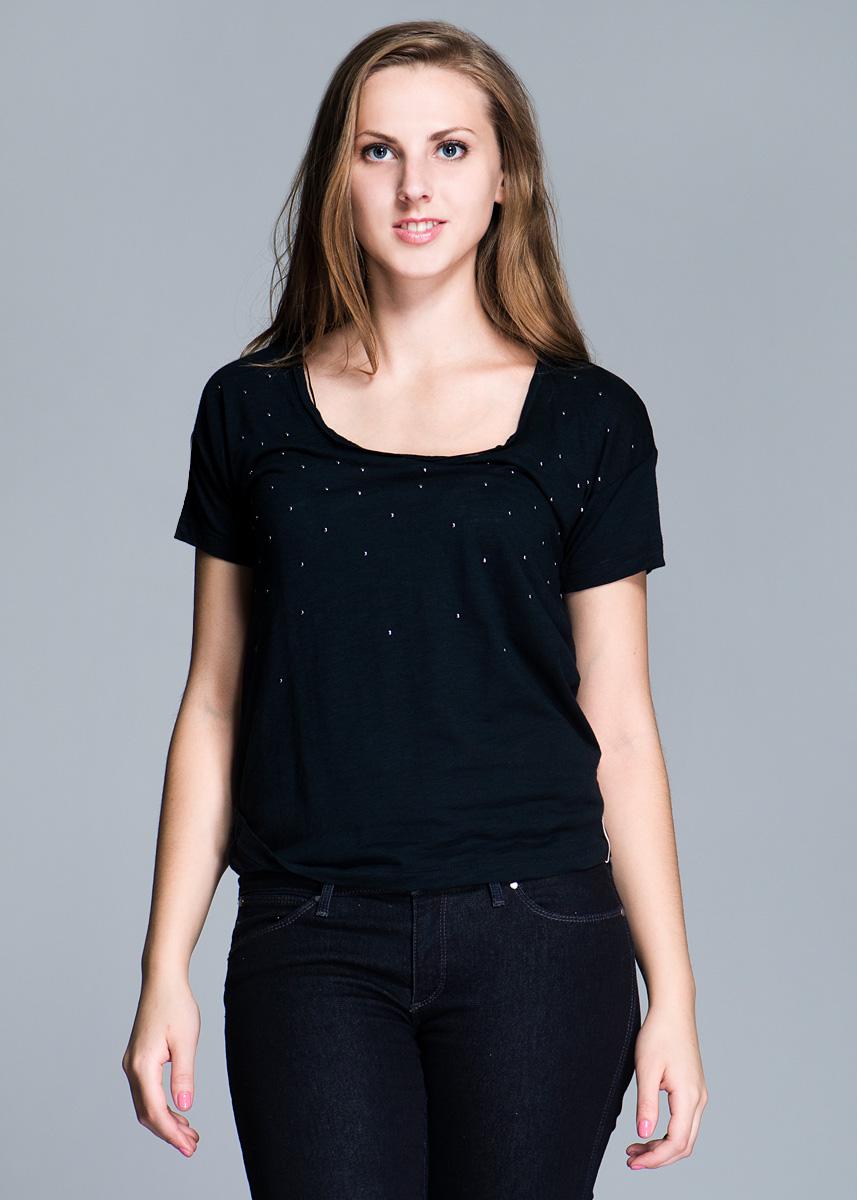 ФутболкаL487EP01Стильная женская футболка Lee свободного кроя, изготовленная из высококачественного материала, не сковывает движения, обеспечивая наибольший комфорт. Модель с короткими рукавами и круглым вырезом горловины оформлена металлическими клепками. Такая футболка отлично дополнит ваш образ и позволит выделиться из толпы.