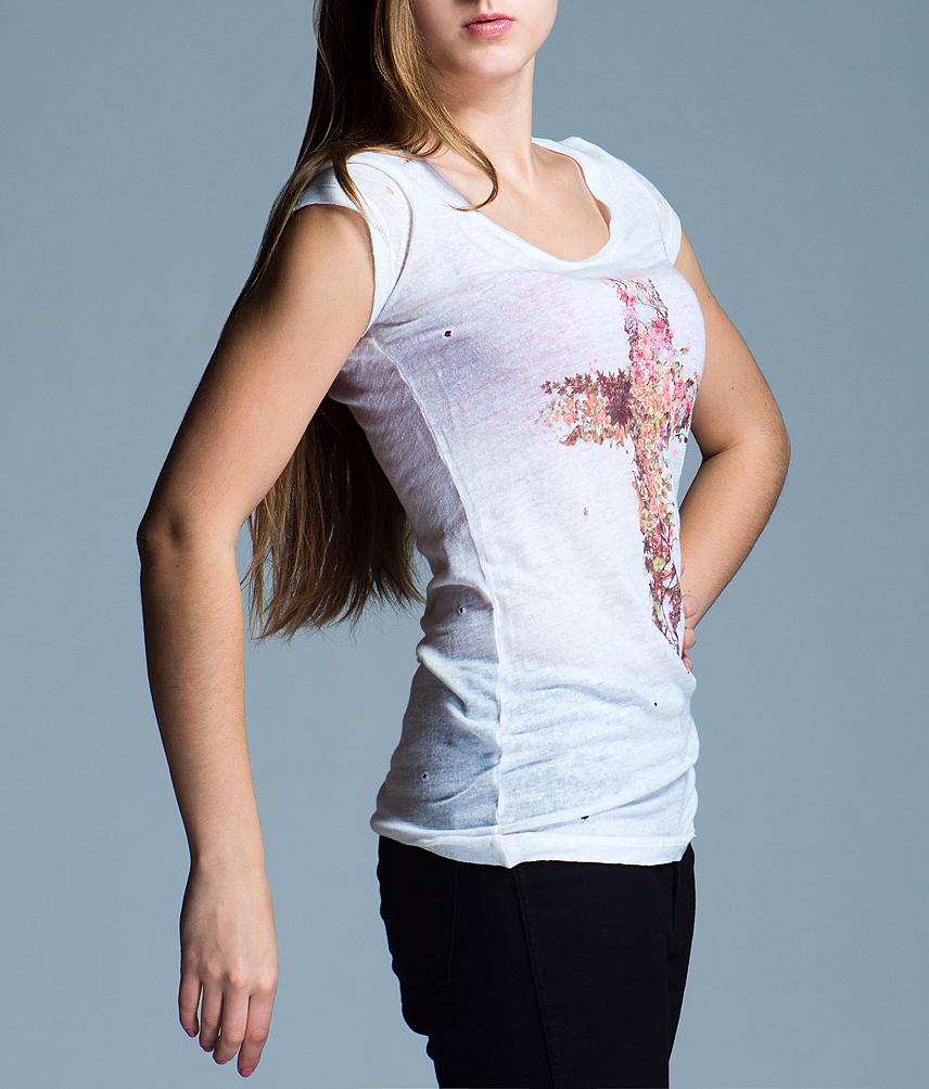 Футболка женская. RDP301206069RDP301206069Стильная футболка, изготовленная из натурального льна, приятная на ощупь, не сковывает движения и позволяет коже дышать, не раздражает даже самую нежную и чувствительную кожу, обеспечивая наибольший комфорт. Модель с короткими рукавами, оформлена принтом в виде креста из цветов и декорирована дырочками, создающими эффект винтажности. Футболка с круглым вырезом горловины. Эта модная футболка послужит отличным дополнением к вашему гардеробу, она станет главной составляющей вашего стиля. В ней вы всегда будете чувствовать себя уютно и комфортно.