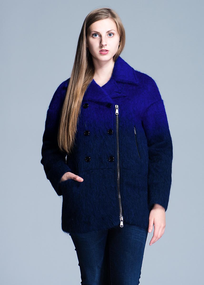Пальто женское.7S0176_AK527S0176_AK52Стильное женское пальто «фрэнч», предназначено для современной женщины. Пальто с отложным воротником и длинными рукавами, застегивается на молнию и крупные пуговицы на запах. Пальто дополнено двумя вшивными боковыми карманами на молнии. Такая модель обеспечит Вам не только красивый внешний вид и комфорт, но и дополнительную защиту от холода и ветра.