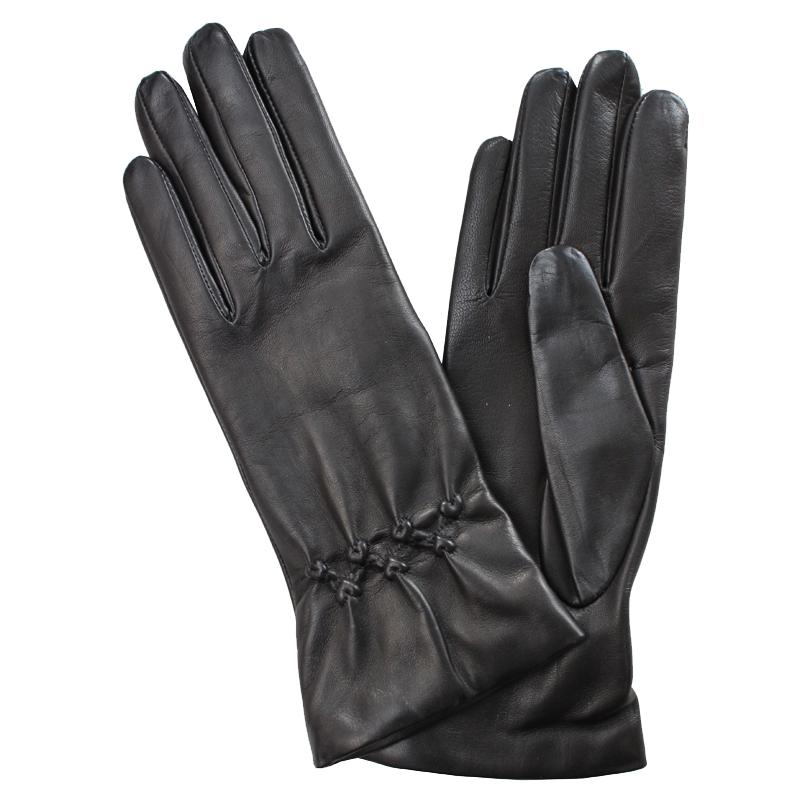 Перчатки женские модель 108. Э-2L на шерстиЭ-2L_108Стильные женские перчатки Edmins не только защитят ваши руки от холода, но и станут великолепным украшением. Перчатки выполнены из натуральной кожи ягненка, подкладка - из шерсти. Лицевая сторона перчатки оформлена тиснением в виде сердечек. В настоящее время перчатки являются неотъемлемой принадлежностью одежды, вместе с этим аксессуаром вы обретаете женственность и элегантность. Перчатки станут завершающим и подчеркивающим элементом вашего стиля и неповторимости.