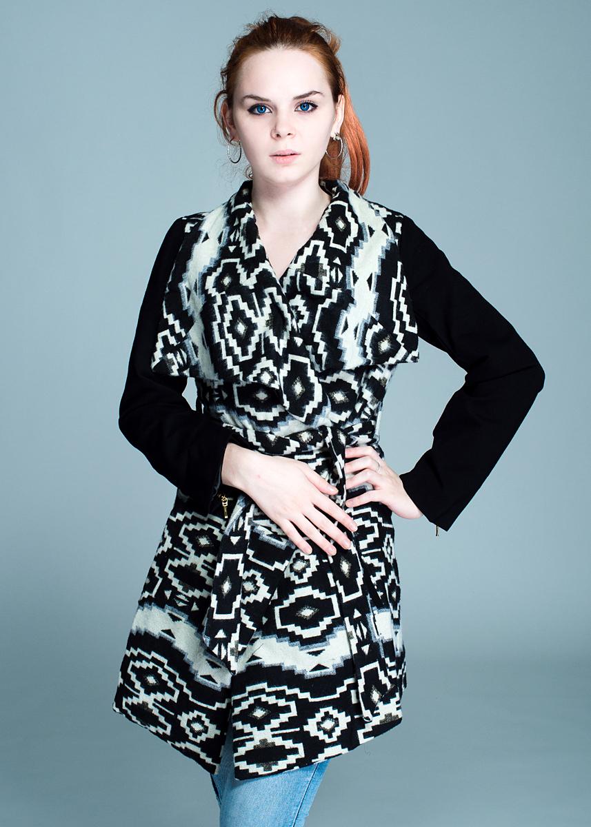 Пальто женское. W385041W385041Стильное женское пальто Rene Derhy, рассчитано на прохладную погоду, поможет вам почувствовать себя максимально комфортно. Модель выполнена из высококачественного материала. Изделие приталенного силуэта без застежки, с отложным воротником, на талии завязывается на поясок. Рукава выполнены из плотного материала лаконичного цвета и оформлены металлическими молниями. Пальто дополнено двумя карманами. В этом пальто вам будет комфортно на прогулке. Модная фактура ткани, отличное качество, великолепный дизайн.