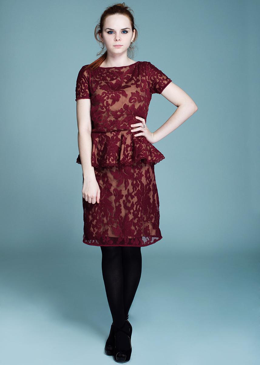 ПлатьеW315075Стильное платье Rene Derhy приталенного кроя выполнено из полиэстера с добавлением нейлона. Платье из сетчатого материала с вышитым узором имеет короткие рукава и круглый вырез горловины. На спинке платье застегивается на потайную молнию. Изюминка модели - баска на талии. В таком элегантном платье вы будете неотразимы на праздничном вечере или на свидании.