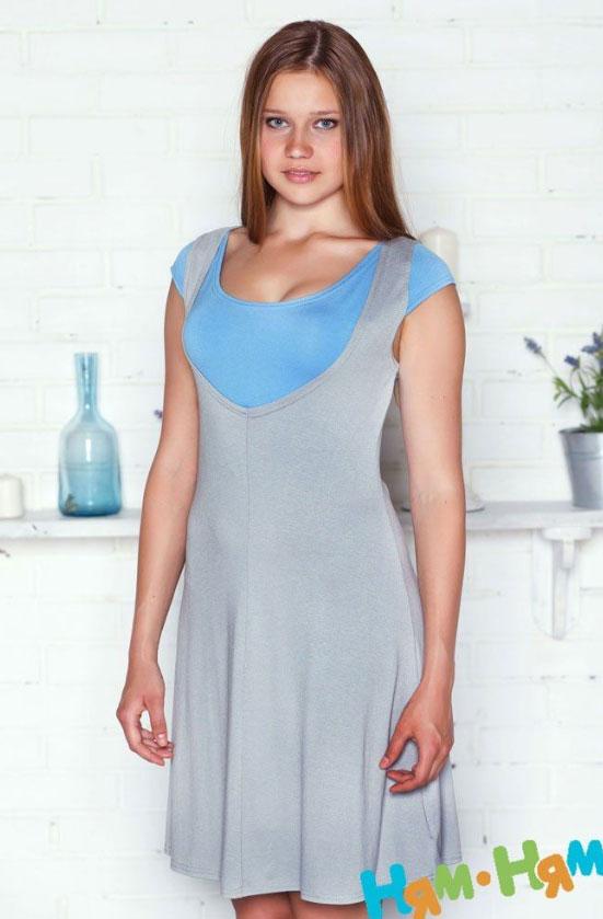 Платье112 этУдобное и практичное платье для будущих и кормящих мам Ням-Ням с короткими рукавами, изготовленное из эластичной вискозы, подойдет на все случаи жизни. Платье с секретом для кормления, создающим эффект 2 в 1, позволит выглядеть очаровательно в любой день. Можно носить во время беременности и после родов. Вискоза является волокном, произведенным из натурального материала - целлюлозы (древесины). Иногда ее называют древесный шелк. Эта ткань на ощупь мягкая и приятная, образует красивые складки. Материал очень хорошо впитывает влагу, не образует катышек со временем, не выцветает на солнце и обладает приятным шелковистым блеском.