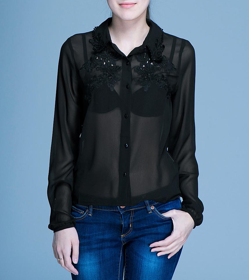 Блузка100117Очаровательная блуза ICHI, выполненная из полупрозрачного материала, подчеркнет ваш безупречный вкус. Изделие прямого кроя с отложным воротничком и длинными рукавами застегивается на пуговицы по всей длине. На груди и по краю воротника блуза оформлена нежной вышивкой. В такой блузе вы не останетесь без внимания.