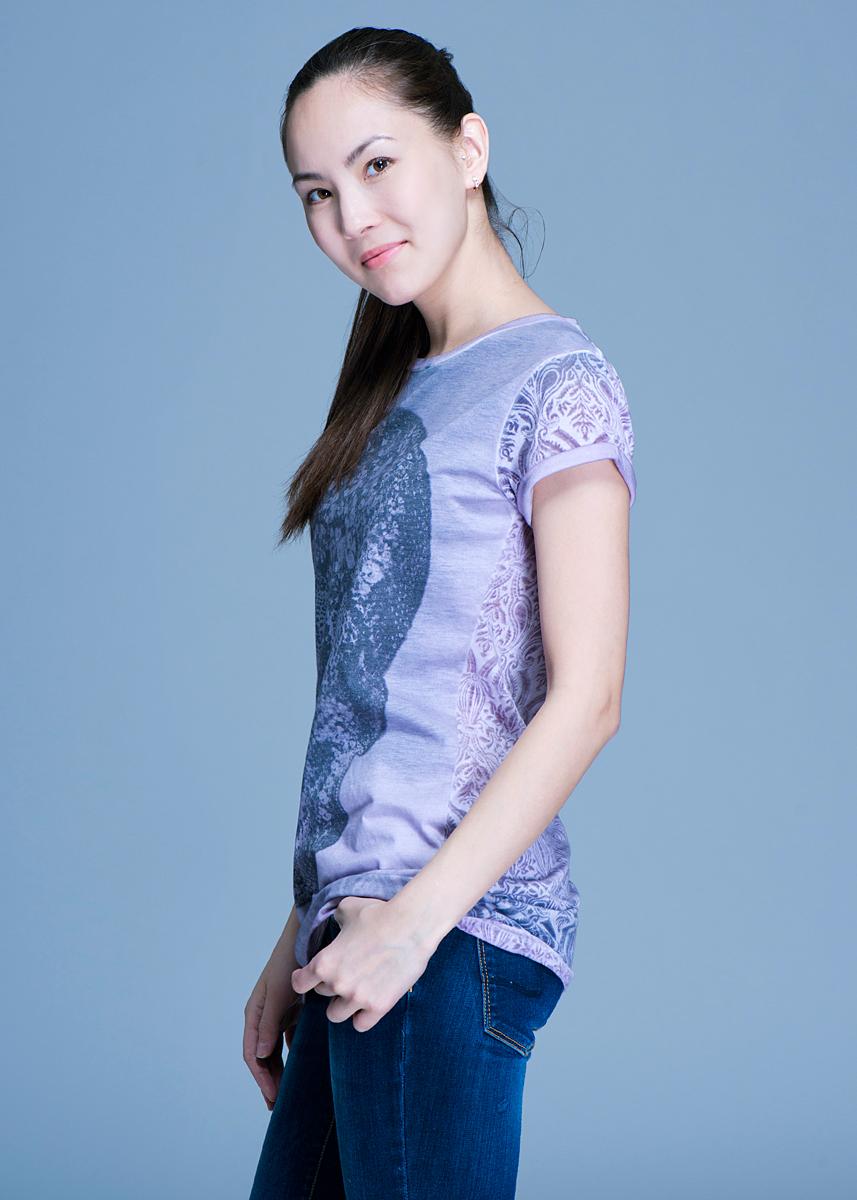 Футболка женская. 22DMC003322DMC0033Оригинальная женская футболка будет прекрасным дополнением к вашему гардеробу. Изготовлена из плотного трикотажа, очень приятного на ощупь. Модель с круглым вырезом и короткими рукавами, на спинке застегивается на пуговицы. Лицевая сторона оформлена принтом в виде черепа. Эта футболка отлично дополнит ваш образ и позволит выделиться из толпы.