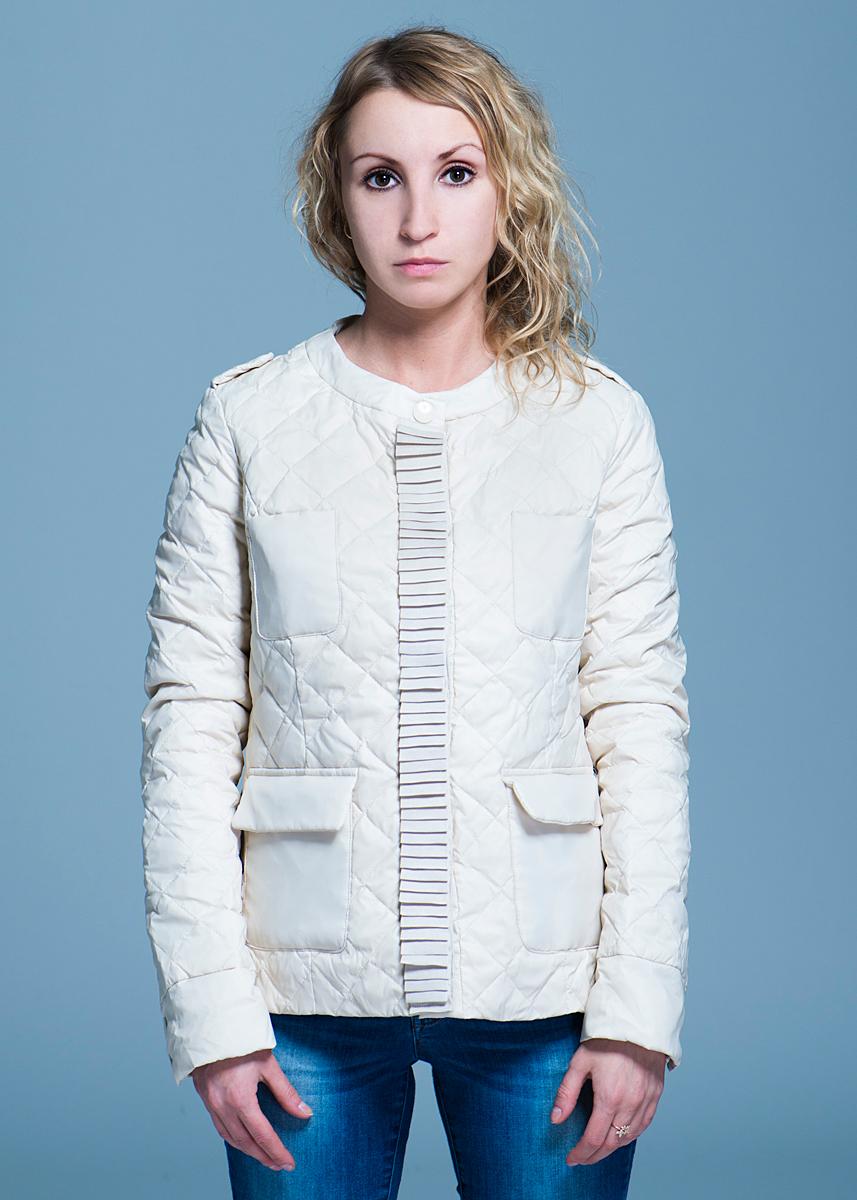 КурткаB003544Стильная женская куртка Baon отлично подойдет для прохладной погоды. Модель с круглым вырезом горловины выполнена из высококачественного материала, застегивается на металлические кнопки. Изделие дополнено двумя небольшими карманами и двумя карманами с клапанами на кнопках. В такой куртке вы всегда будете чувствовать себя уютно и комфортно.