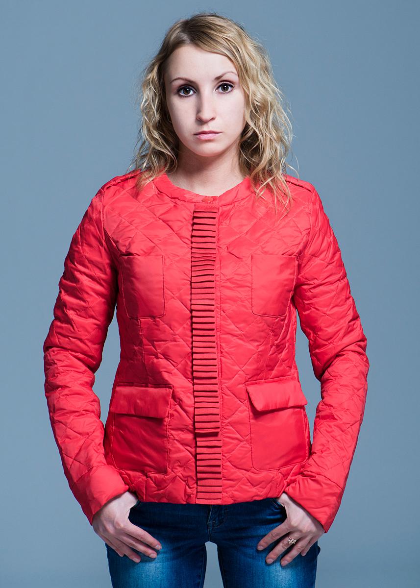 Куртка женская. B003544B003544Стильная женская куртка Baon отлично подойдет для прохладной погоды. Модель с круглым вырезом горловины выполнена из высококачественного материала, застегивается на металлические кнопки. Изделие дополнено двумя небольшими карманами и двумя карманами с клапанами на кнопках. В такой куртке вы всегда будете чувствовать себя уютно и комфортно.