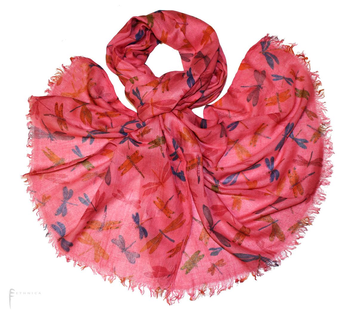 Шарф343085нЭлегантный шарф Ethnica, выполненный из вискозы с принтом в виде стрекоз, станет изысканным, нарядным аксессуаром, который призван подчеркнуть индивидуальность и очарование женщины. Шарф по краям декорирован бахромой. Этот модный аксессуар женского гардероба гармонично дополнит образ современной женщины, следящей за своим имиджем и стремящейся всегда оставаться стильной и элегантной. В этом шарфе вы всегда будете выглядеть женственной и привлекательной.
