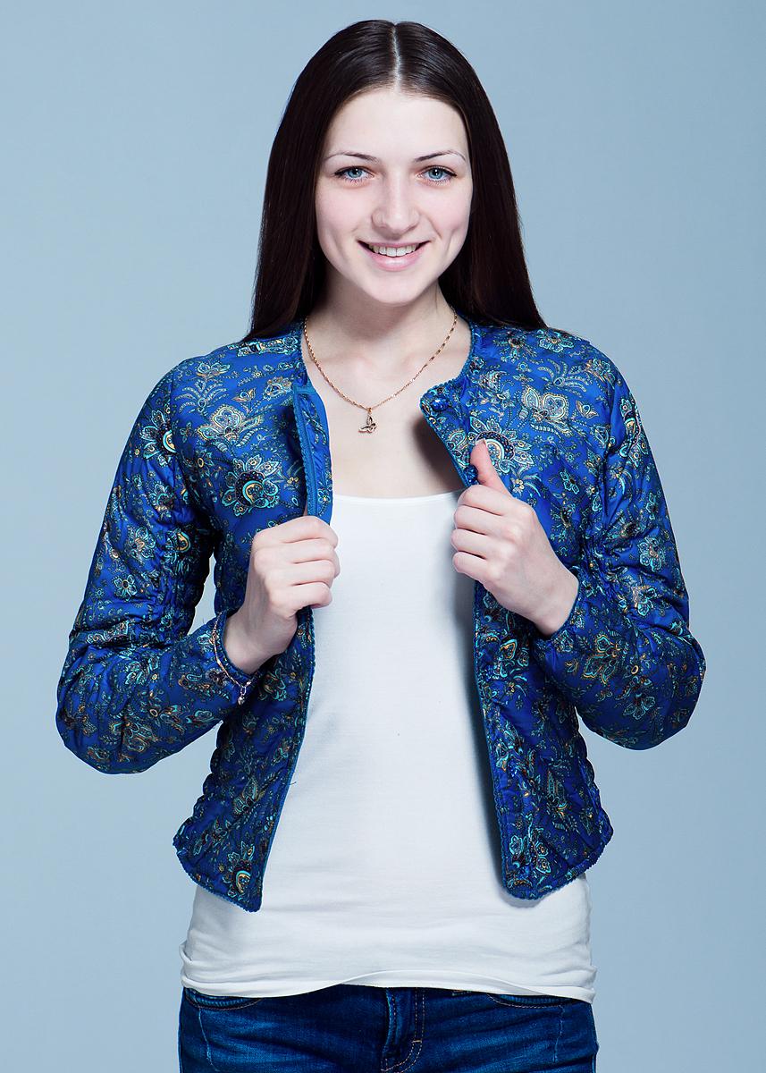 Куртка женская. B003503B003503Легкая стильная куртка Baon отлично подойдет для осени или весны и сможет дополнить как повседневный, так и спортивный образ. Выполнена из ветрозащитной ткани с цветочным принтом очень приятной на ощупь и утеплена наполнителем из пуха и пера. Модель с круглым вырезом горловины застегивается на пуговицы по всей длине изделия. По бокам и внутренней части рукава расположена вставка с прострочкой тонкой резинкой, обеспечивающая более плотное прилегание. Тонкая волнистая тесьма по всем краям изделия добавит нотки кокетства в ваш образ. Очень практичная и удобная куртка будет прекрасным выбором для повседневной носки.