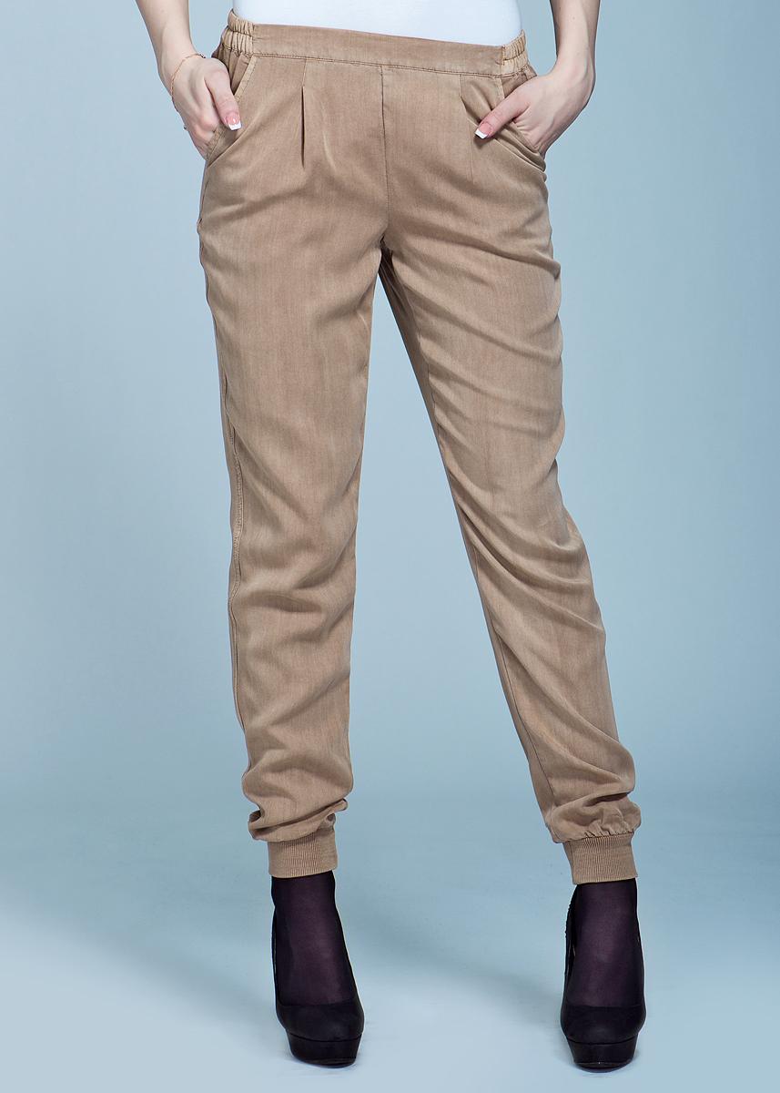 Брюки женские. 1009633210096332Стильные женские брюки Vero Moda выполнены из качественного материала, очень мягкие на ощупь, не раздражают даже самую нежную и чувствительную кожу и хорошо вентилируются. Притачной эластичный пояс обеспечивает комфортную посадку брюк. Низ брюк также дополнен эластичными вставками. Модель оформлена двумя боковыми карманами. Такие брюки отлично подойдут для летних прогулок.