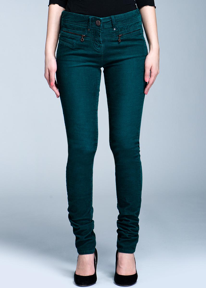 Брюки женские. 6401062.00.706401062.00.70Стильные женские вельветовые брюки TOM TAILOR созданы специально для того, чтобы подчеркивать достоинства вашей фигуры. Модель зауженного к низу кроя и заниженной посадки станет отличным дополнением к вашему современному образу. Застегиваются брюки на пуговицу в поясе и ширинку на застежке-молнии, имеются шлевки для ремня. Спереди модель оформлены двумя втачными карманами на застежках-молниях, а сзади - двумя накладными карманами. Эти модные и в тоже время комфортные брюки послужат отличным дополнением к вашему гардеробу. В них вы всегда будете чувствовать себя уютно и комфортно.