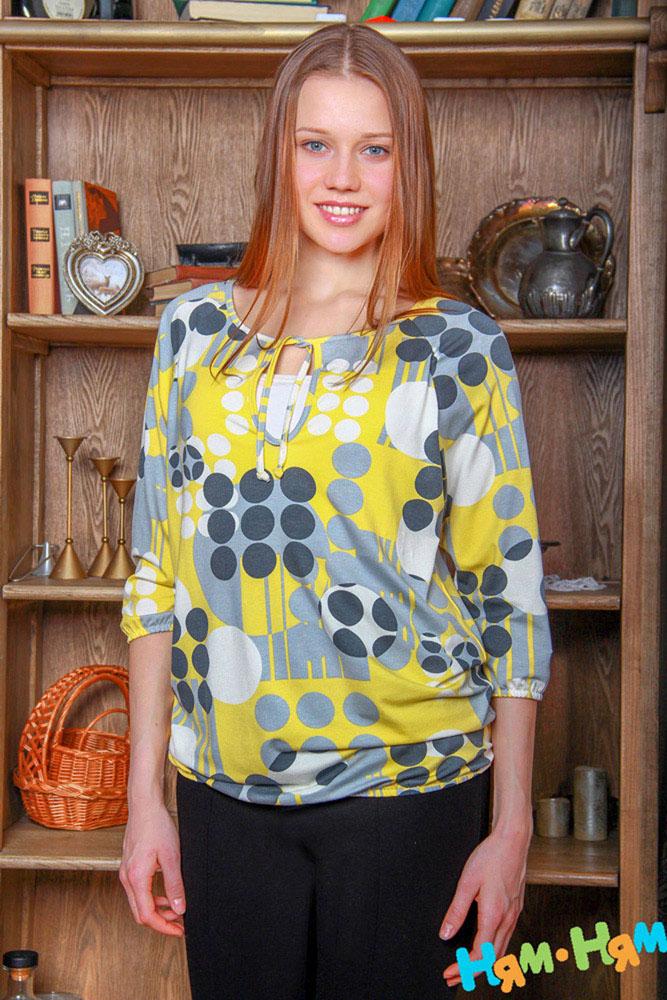 Блузка220.4Стильная, яркая, удобная блуза для будущих и кормящих мам Ням-Ням Геометрия с рукавами-реглан 3/4 и круглым вырезом горловины на завязках, изготовленная из эластичной вискозы, женственна и элегантна. Блуза свободного кроя, присборенная понизу на эластичную резинку и оформленная геометрическим принтом, подчеркнет очарование будущей мамы, а секрет для кормления делает ее функциональной в период вскармливания ребенка. Секрет кормления скрыт внутренней майкой. Можно носить во время беременности и после родов. Вискоза является волокном, произведенным из натурального материала - целлюлозы (древесины). Иногда ее называют древесный шелк. Эта ткань на ощупь мягкая и приятная, образует красивые складки. Материал очень хорошо впитывает влагу, не образует катышек со временем, не выцветает на солнце и обладает приятным шелковистым блеском.