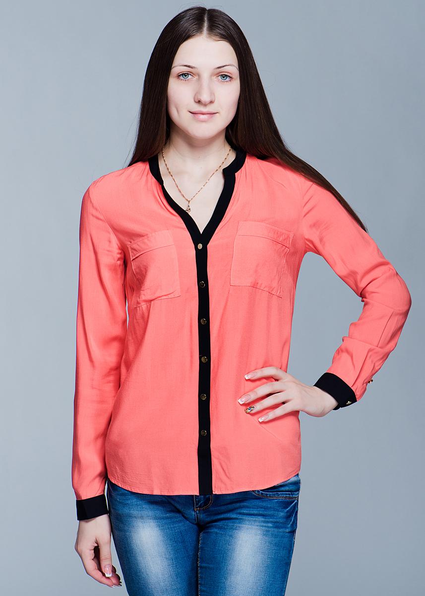 Блуза женская. B-112/004-412B-112/004-412Стильная женская блуза SELA свободного кроя выполнена из высококачественного материала. Модель с длинными рукавами и V-образным вырезом горловины спереди застегивается на пуговицы. Блуза дополнена двумя нагрудными карманами. Вискоза является волокном, произведенным из натурального материала - целлюлозы (древесины). Иногда ее называют древесный шелк. Эта ткань на ощупь мягкая и приятная, образует красивые складки. Материал очень хорошо впитывает влагу, не образует катышек со временем, не выцветает на солнце и обладает приятным шелковистым блеском. В такой блузе вы будете выглядеть изящно и грациозно.