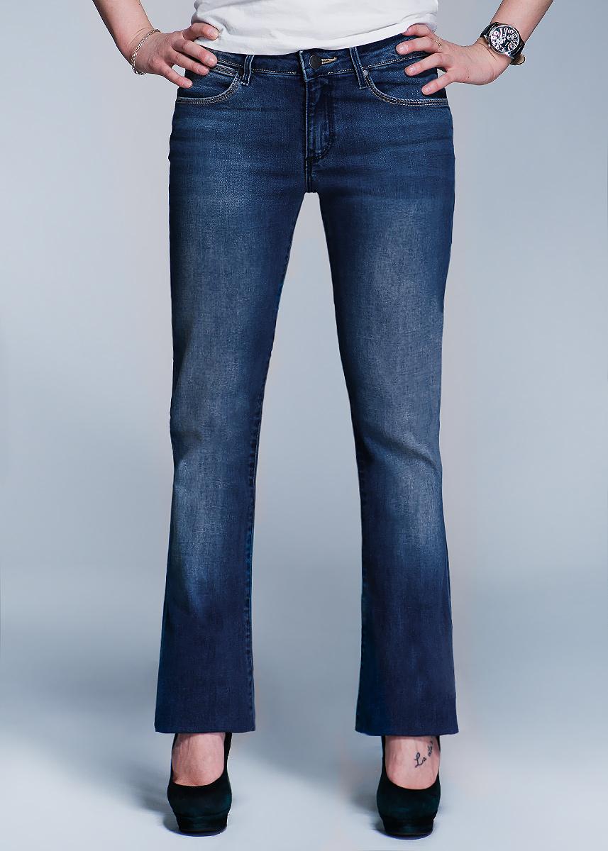 Джинсы женские Catrin. W25XW25XX137DСтильные женские джинсы Wrangler Catrin созданы специально для того, чтобы подчеркивать достоинства вашей фигуры. Модель расклешенного кроя и заниженной посадки станет отличным дополнением к вашему современному образу. Застегиваются джинсы на пуговицу в поясе и ширинку на застежке-молнии, имеются шлевки для ремня. Спереди модель оформлены двумя втачными карманами и одним небольшим секретным кармашком, а сзади - двумя накладными карманами. Эти модные и в тоже время комфортные джинсы послужат отличным дополнением к вашему гардеробу. В них вы всегда будете чувствовать себя уютно и комфортно.