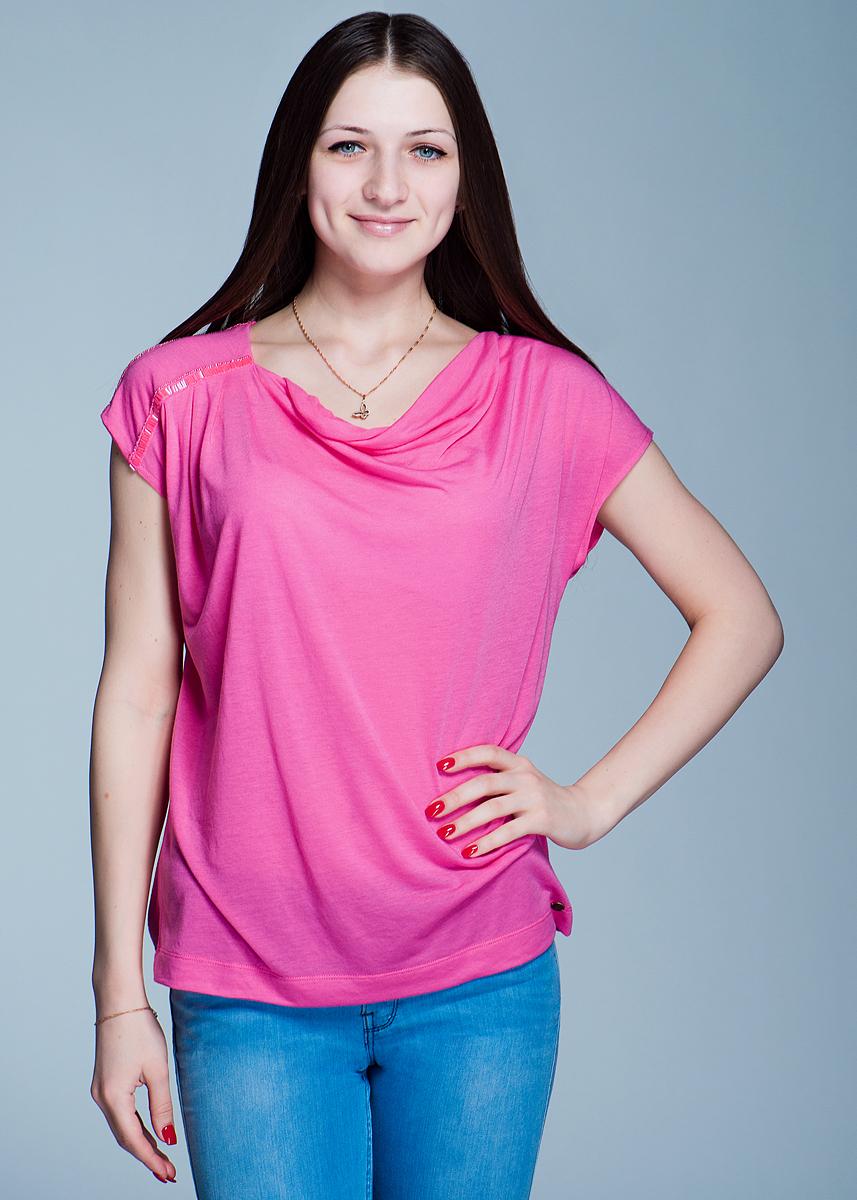 Футболка женская. 1110160211101602Оригинальная футболка Olsen будет прекрасным дополнением к вашему гардеробу. Изготовлена из тонкого трикотажа, очень мягкого на ощупь. Модель с округлым вырезом горловины и короткими цельнокроеными рукавами. По правому плечу изделие расшито секлярусом. Такая стильная футболка добавит новых красок в ваш образ.