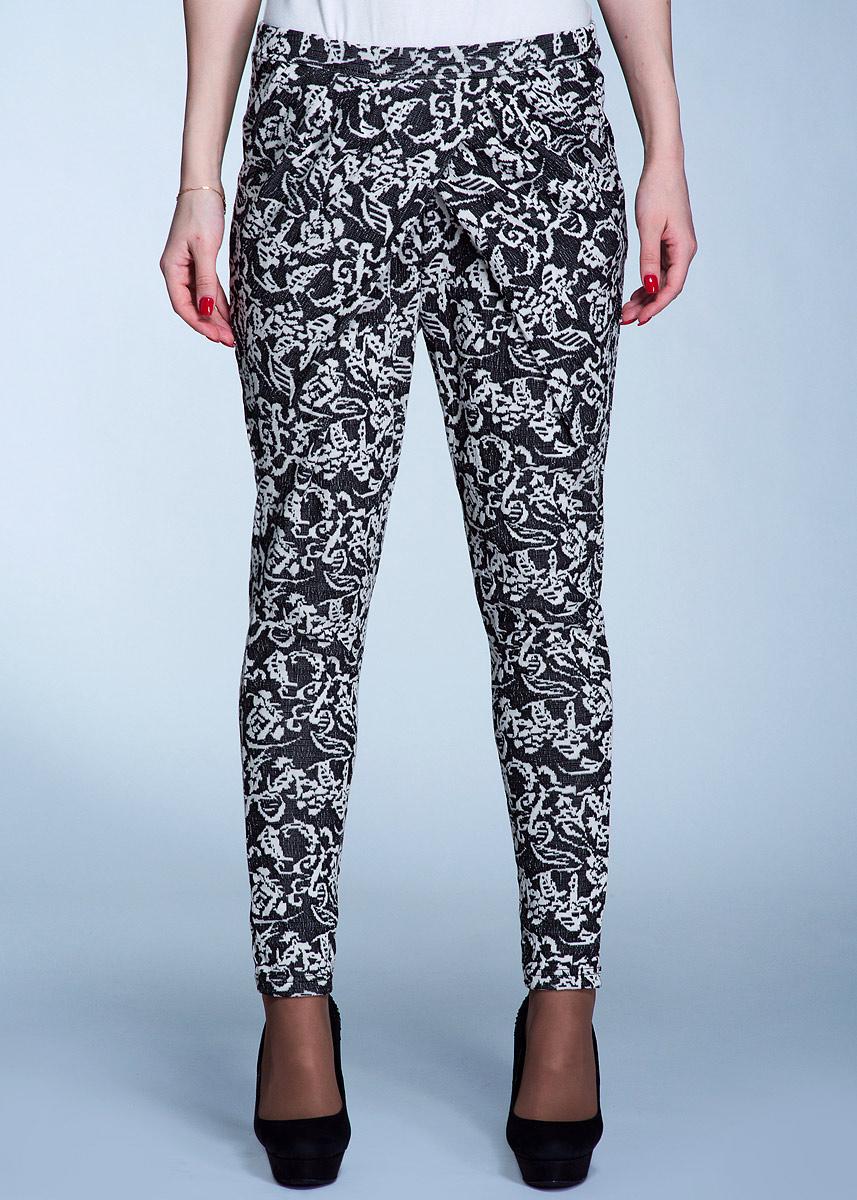 Брюки100814Стильные женские брюки Ichi изготовлены из хлопка с добавлением полиэстера и эластана. Они не сковывают движения, позволяют коже дышать и при этом очень практичные. Спереди брюки оформлены драпировкой с эффектом запаха, по бокам имеются два втачных кармана. Сзади - имитация прорезных кармашков. Модель зауженного к низу кроя с поясом и вставкой из резинки. Брюки декорированы контрастным орнаментом. Эти оригинальные брюки послужат отличным дополнением к вашему гардеробу!