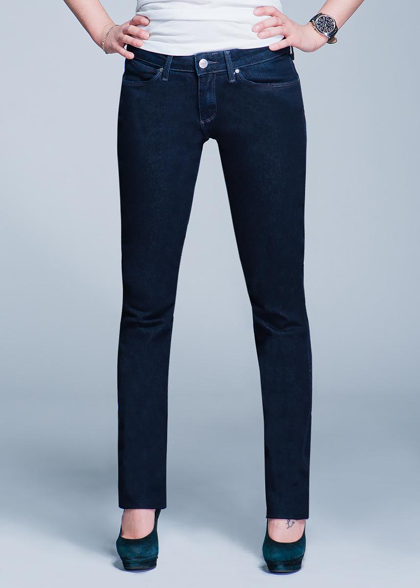 Джинсы женские Molly. W251P552BW251P552B_Olive CleanBlueСтильные женские джинсы Wrangler Molly созданы специально для того, чтобы подчеркивать достоинства вашей фигуры. Модель слегка зауженного к низу кроя и заниженной посадки станет отличным дополнением к вашему современному образу. Застегиваются джинсы на пуговицу в поясе и ширинку на застежке-молнии, имеются шлевки для ремня. Спереди модель оформлены двумя втачными карманами и одним небольшим секретным кармашком, а сзади - двумя накладными карманами. Эти модные и в тоже время комфортные джинсы послужат отличным дополнением к вашему гардеробу. В них вы всегда будете чувствовать себя уютно и комфортно.