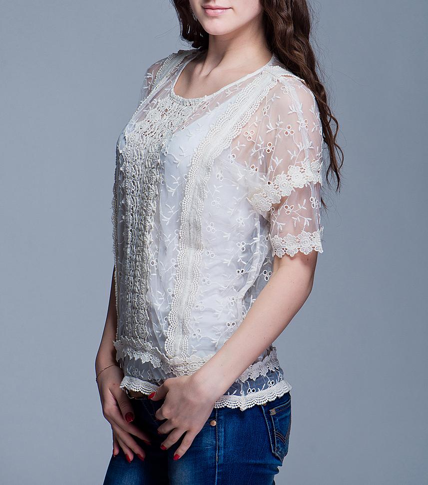 Блуза. 100729100729Стильная женская блуза ICHI, изготовленная из высококачественного материала, не сковывает движения, обеспечивая наибольший комфорт. Модель свободного кроя с круглым вырезом горловины и короткими рукавами-кимоно выполнена из микросетки и расшита кружевом. Спинка декорирована небольшой планкой с пуговицами. Такая блуза прекрасно дополнит ваш образ и позволит выделиться из толпы.