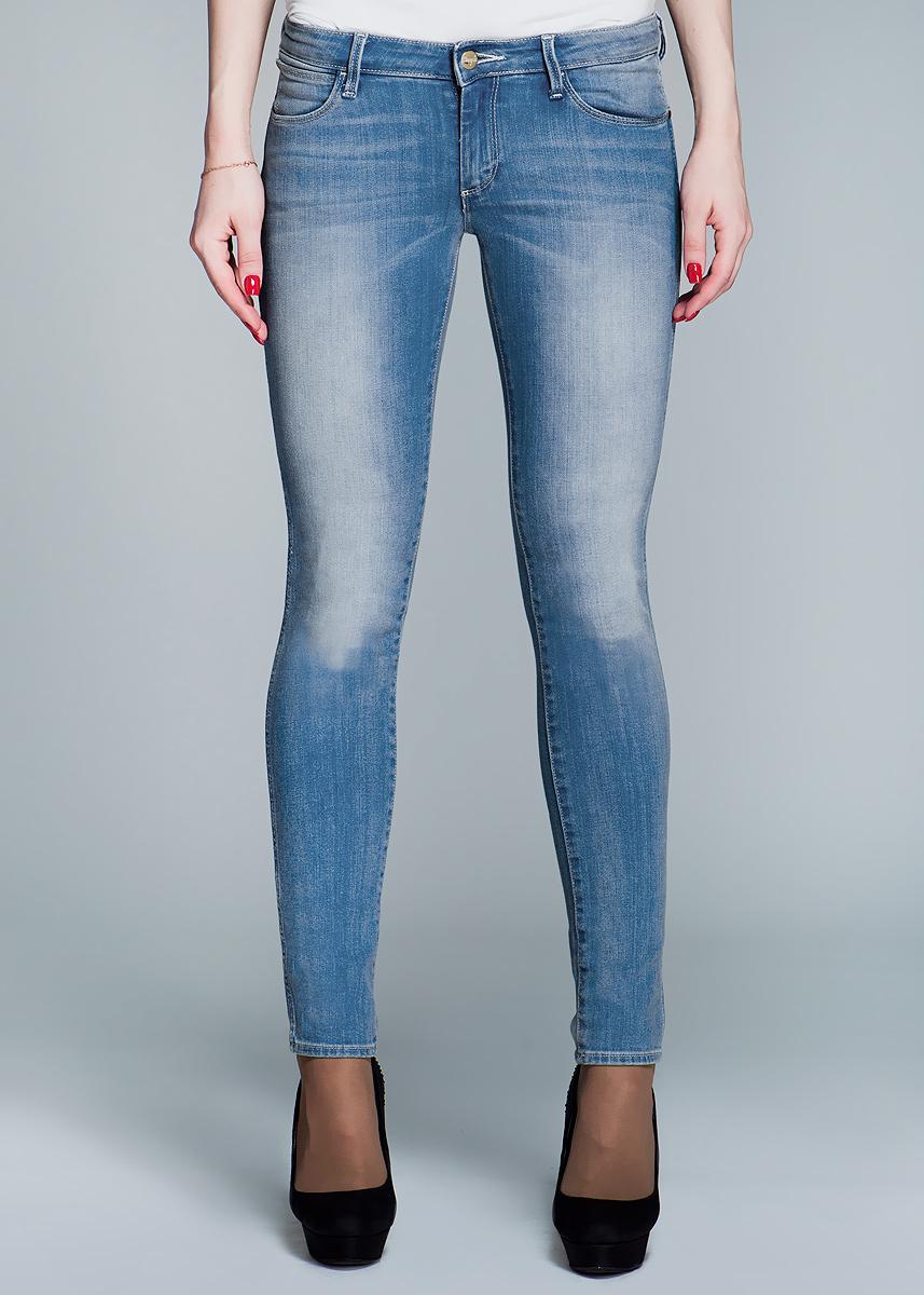 Джинсы женские Courtney Skinny. W23W23SJJ49T_blue noteСтильные женские джинсы Wrangler Courtney Skinny созданы специально для того, чтобы подчеркивать достоинства вашей фигуры. Модель зауженного к низу кроя и заниженной посадки станет отличным дополнением к вашему современному образу. Застегиваются джинсы на пуговицу в поясе и ширинку на застежке-молнии, имеются шлевки для ремня. Спереди модель оформлены двумя втачными карманами и одним небольшим секретным кармашком, а сзади - двумя накладными карманами. Эти модные и в тоже время комфортные джинсы послужат отличным дополнением к вашему гардеробу. В них вы всегда будете чувствовать себя уютно и комфортно.