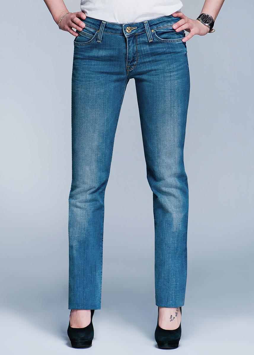 Джинсы женские Marlin. L337L337DOUJСтильные женские джинсы Lee Marlin высочайшего качества, созданы специально для того, чтобы подчеркивать достоинства вашей фигуры. Модель узкого прямого кроя и средней посадки не сковывают движения, оформлены тертым эффектом. Застегиваются джинсы на пуговицу и ширинку на застежке-молнии, имеются шлевки для ремня. Спереди модель оформлена двумя втачными карманами и одним небольшим секретным кармашком, а сзади - двумя накладными карманами. Эти модные и в тоже время комфортные джинсы послужат отличным дополнением к вашему гардеробу. В них вы всегда будете чувствовать себя уютно и комфортно.