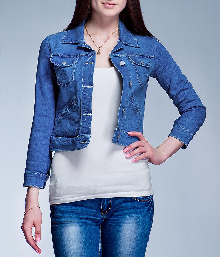 Куртка женская джинсовая Authentic. W433JJ45RW433JJ45R_KingFisherСтильная джинсовая куртка Wrangler Authentic - отличный вариант для прохладной погоды. Модель с отложным воротником и длинными рукавами застегивается на металлические пуговицы с логотипом бренда. На груди изделие дополнено двумя накладными кармашками с клапанами на кнопках, также имеются два удобных прорезных кармана. Рукава понизу оформлены широкими манжетами, застегивающимися на кнопки. Эта куртка - практичная вещь, которая, несомненно, впишется в ваш гардероб, в ней вы будете чувствовать себя уютно и комфортно.