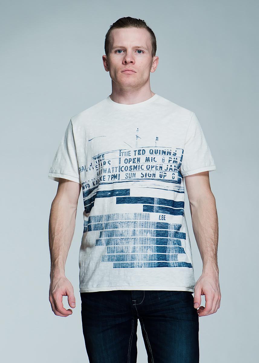 Футболка мужская Shades Tee. L60YABL60YABAWСтильная мужская футболка Lee Shades Tee, выполненная из высококачественного материала, обладает высокой теплопроводностью, воздухопроницаемостью и гигроскопичностью, позволяет коже дышать. Удобная модель с круглым вырезом горловины, короткими рукавами оформлена оригинальным принтовым рисунком. Такая модель будет дарить вам комфорт в течение всего дня и послужит замечательным дополнением к вашему гардеробу.