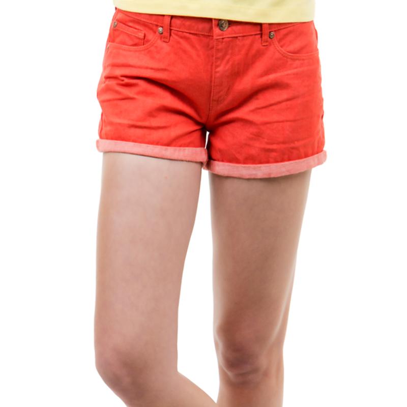 Шорты женские. SH-315/005-424SH-315/005-424Модные джинсовые шорты с подворотами застегиваются на металлическую пуговицу и имеют ширинку на застежке-молнии и шлевки для ремня. Спереди шорты оформлены двумя прорезными карманами, а сзади - двумя нашивными. Шорты изготовлены из натурального хлопка, не сковывают движения и позволяют коже дышать, не раздражают даже самую нежную и чувствительную кожу, обеспечивая наибольший комфорт. Такие оригинальные шорты дополнят гардероб любой модницы, в них вы всегда будете в центре внимания!