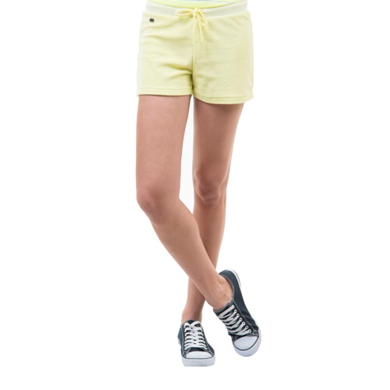 Шорты женские. SHk-115/008-424SHk-115/008-424Стильные мини-шорты, изготовленные из хлопка с добавлением полиэстера, созданы для модных и смелых девушек. Модель с эластичной резинкой на поясе завязывается на шнурки. В этих модных шортах вы будете чувствовать себя уверенно, оставаясь в центре внимания.