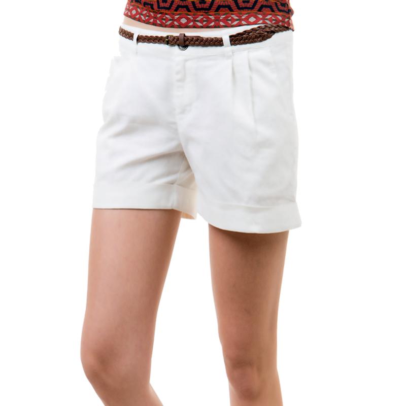 Шорты женские. SH-115/029-424SH-115/029-424Стильные шорты, изготовленные из льна и хлопка, созданы для модных и смелых девушек. Модель с ширинкой на молнии дополнительно застегивается на пуговицу. Шорты с небольшими отворотами дополнены двумя прорезными карманами спереди. На поясе имеются шлевки для ремня. Тонкий плетеный ремешок прилагается к шортам. В этих модных шортах вы будете чувствовать себя уверенно, оставаясь в центре внимания.