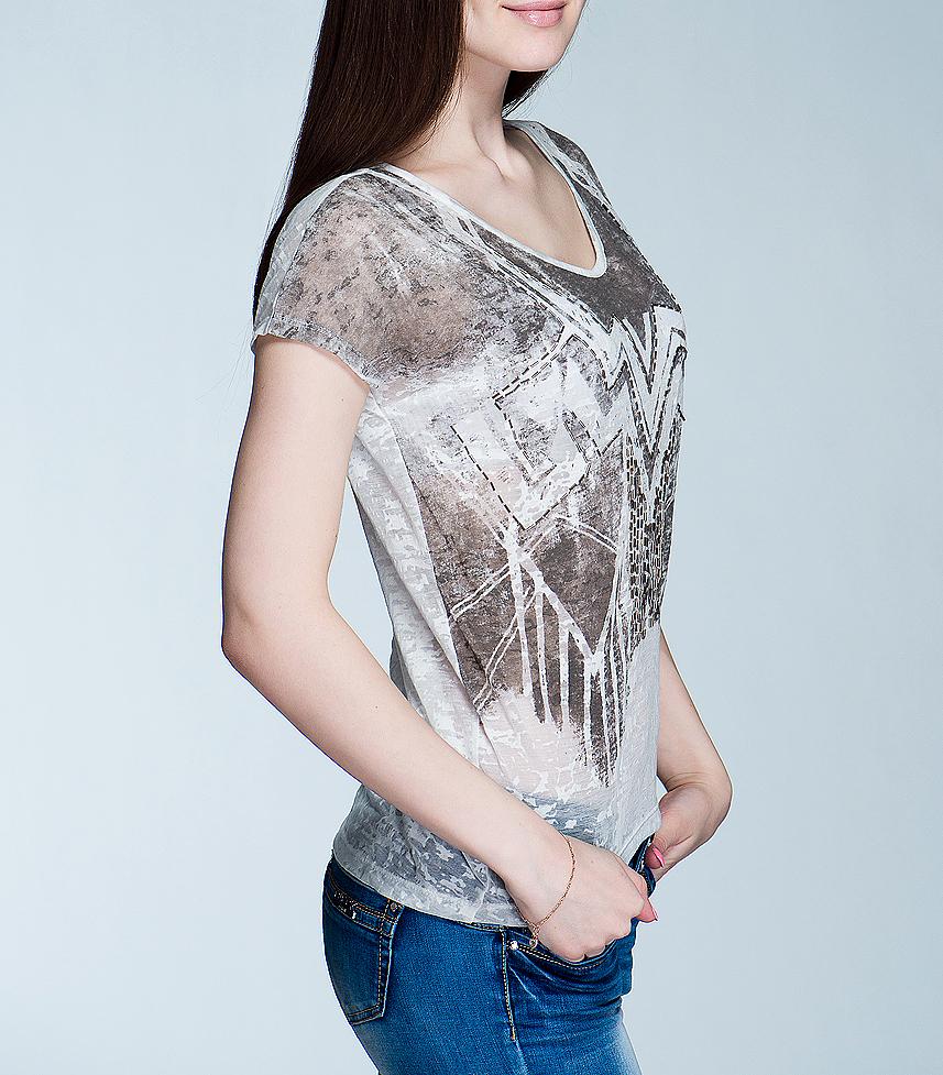 Футболка женская. 1015128810151288 01D-offwhite/644Симпатичная женская футболка Broadway, выполненная из высококачественного материала, обладает высокой теплопроводностью, воздухопроницаемостью и гигроскопичностью, позволяет коже дышать. Модель свободного кроя с короткими рукавами и V-образным вырезом горловины - идеальный вариант для создания образа в стиле Casual. Футболка оформлена оригинальным узором и расшита стеклярусом. Такая модель будет дарить вам комфорт в течение всего дня и послужит замечательным дополнением к вашему гардеробу.
