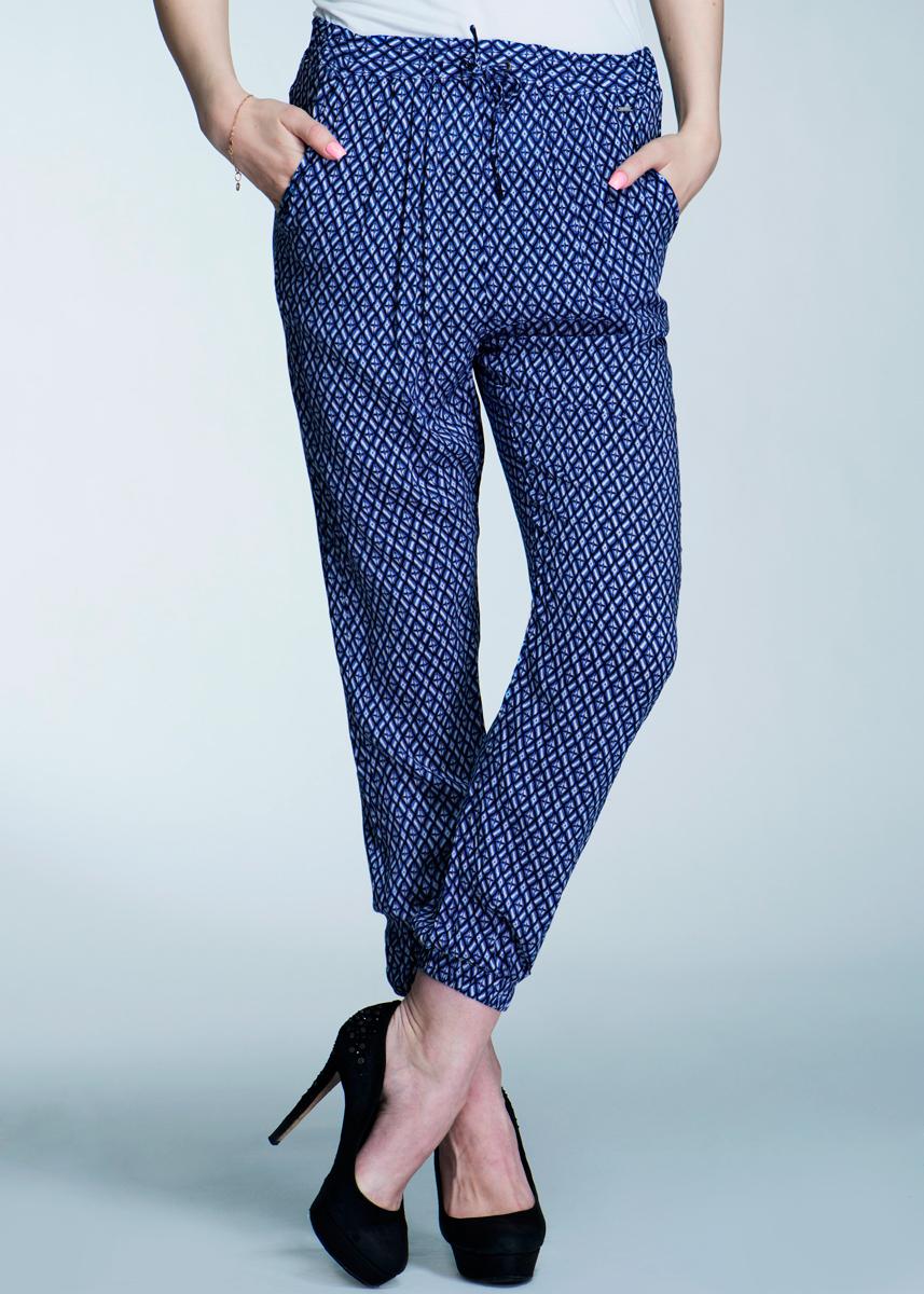 Брюки женские. PL210639PL210639Стильные женские брюки Pepe Jeans изготовлены из вискозы и оформлены ярким принтом. Они не сковывают движения, позволяют коже дышать и при этом очень практичные. По бокам имеются два втачных кармана. Сзади - имитация прорезных кармашков. Модель прямого кроя с поясом и вставкой из резинки, затягивается на шнурок. Манжеты брючин также собраны на резинку. Эти оригинальные брюки послужат отличным дополнением к вашему гардеробу!